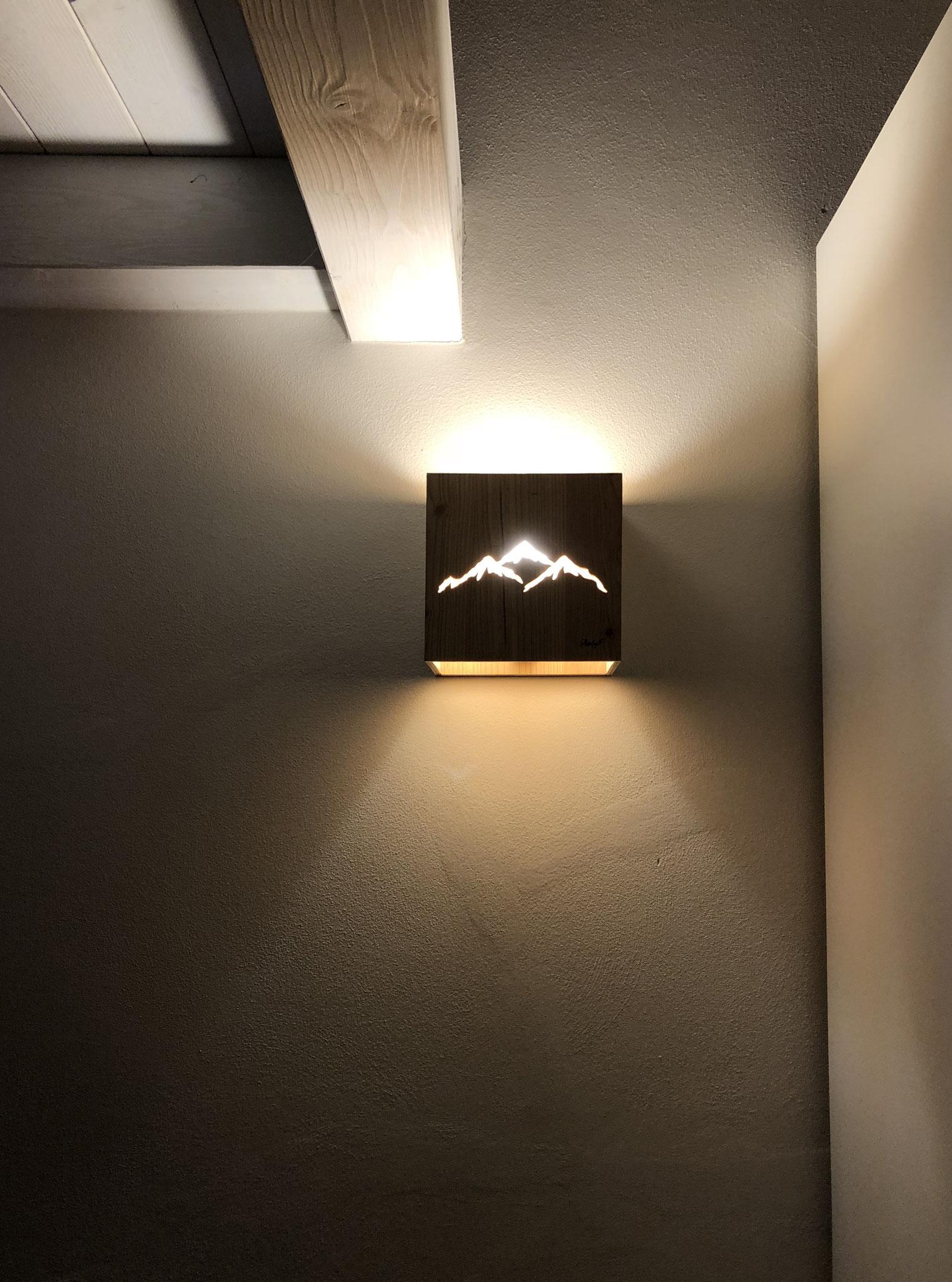 Lampada da muro con profilo montagne