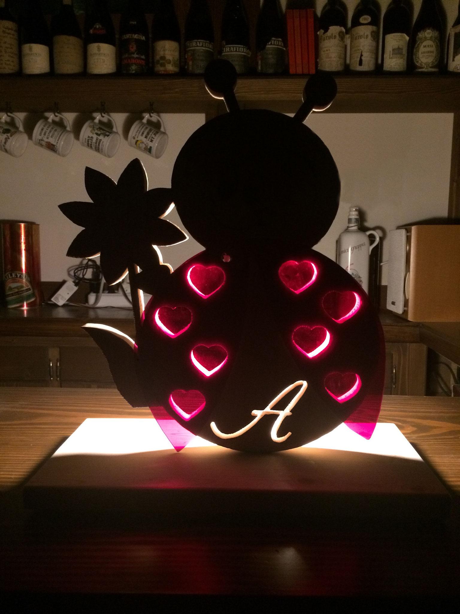 Lampada coccinella con iniziale e ali in plexiglass colorato