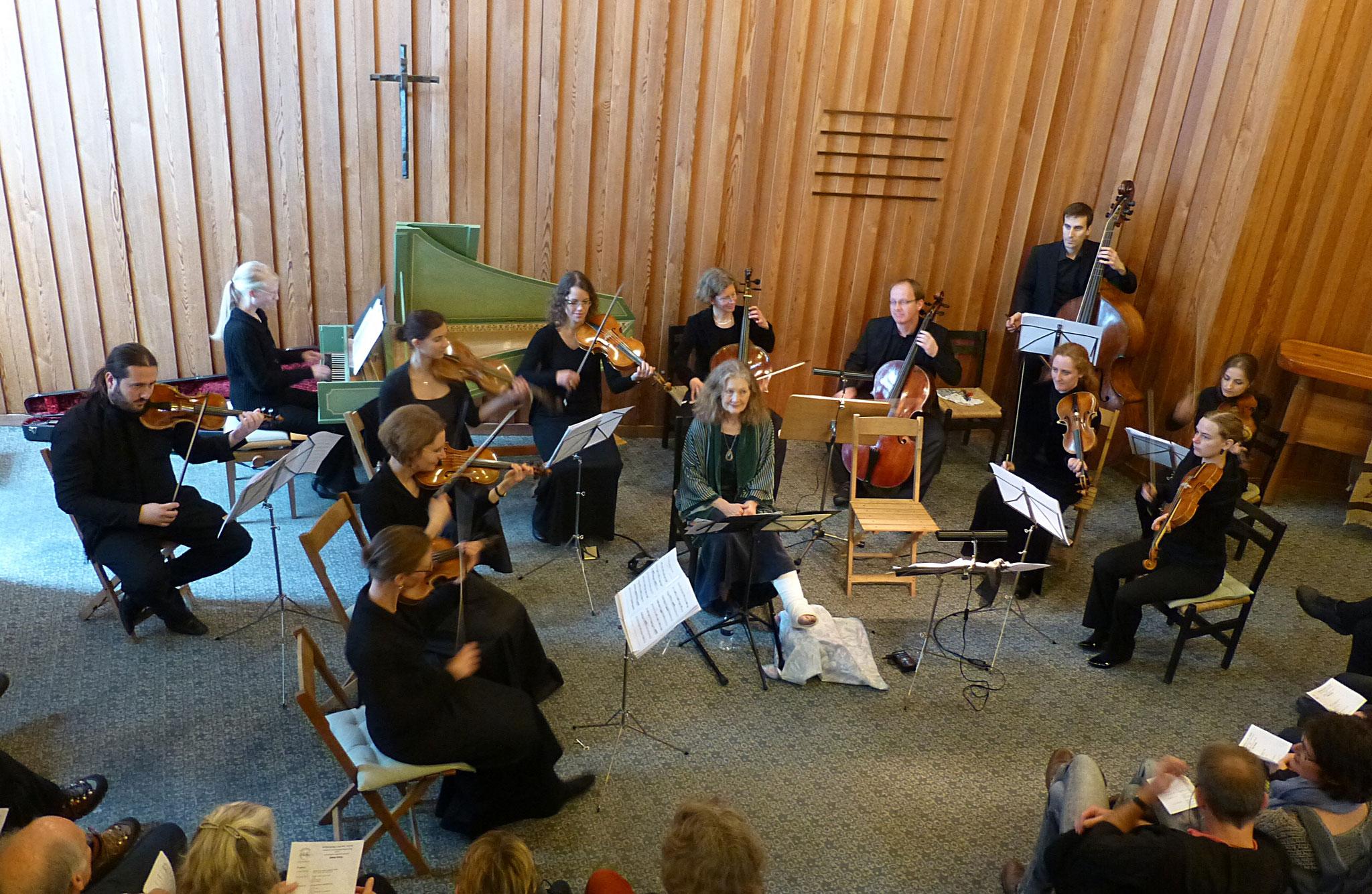 2015  Emma Kirkby (mit Bein im Gips) und orchester le phénix