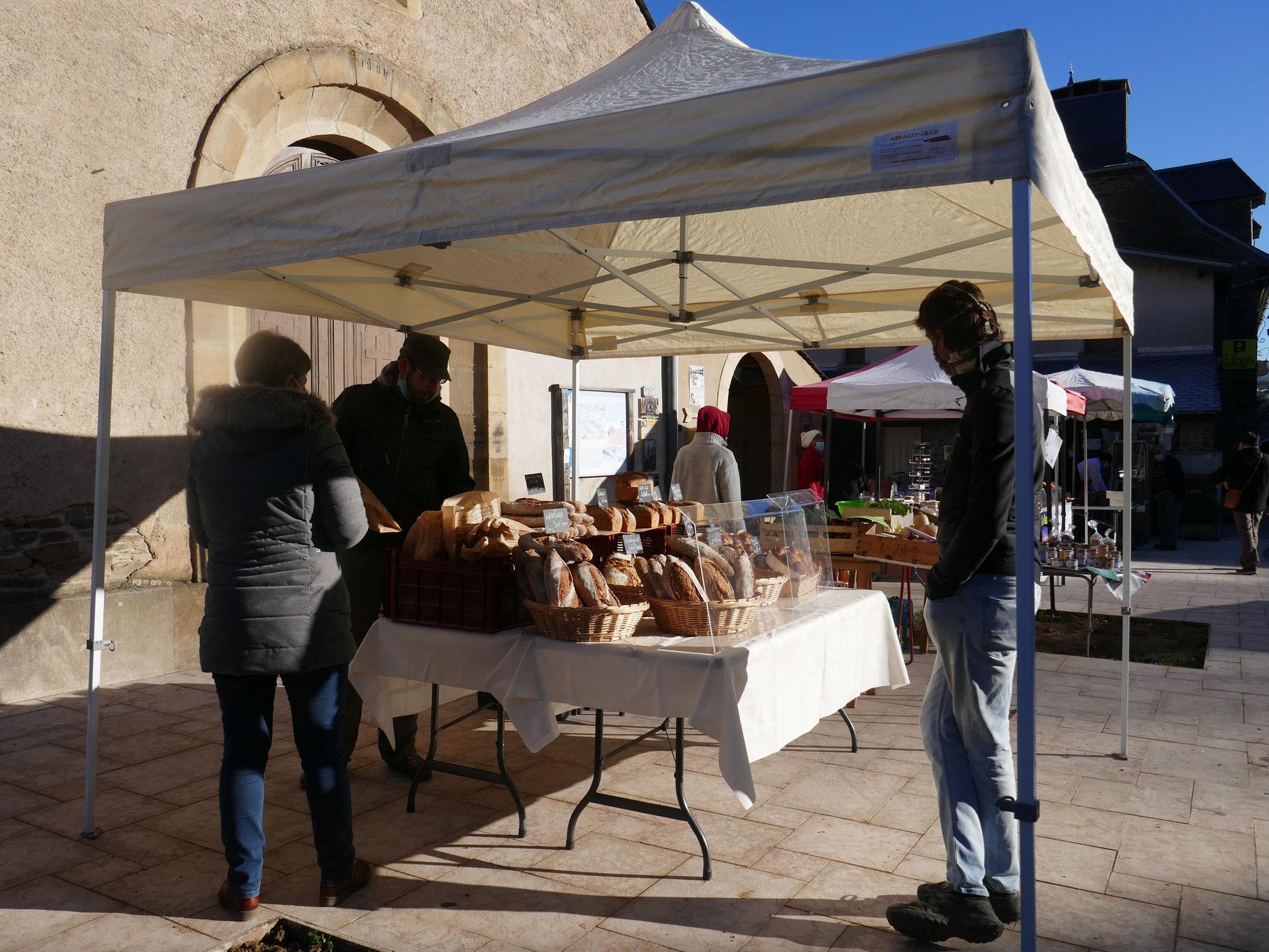 Le petit marché de Villeneuve (Tarn ) le dimanche matin en hiver