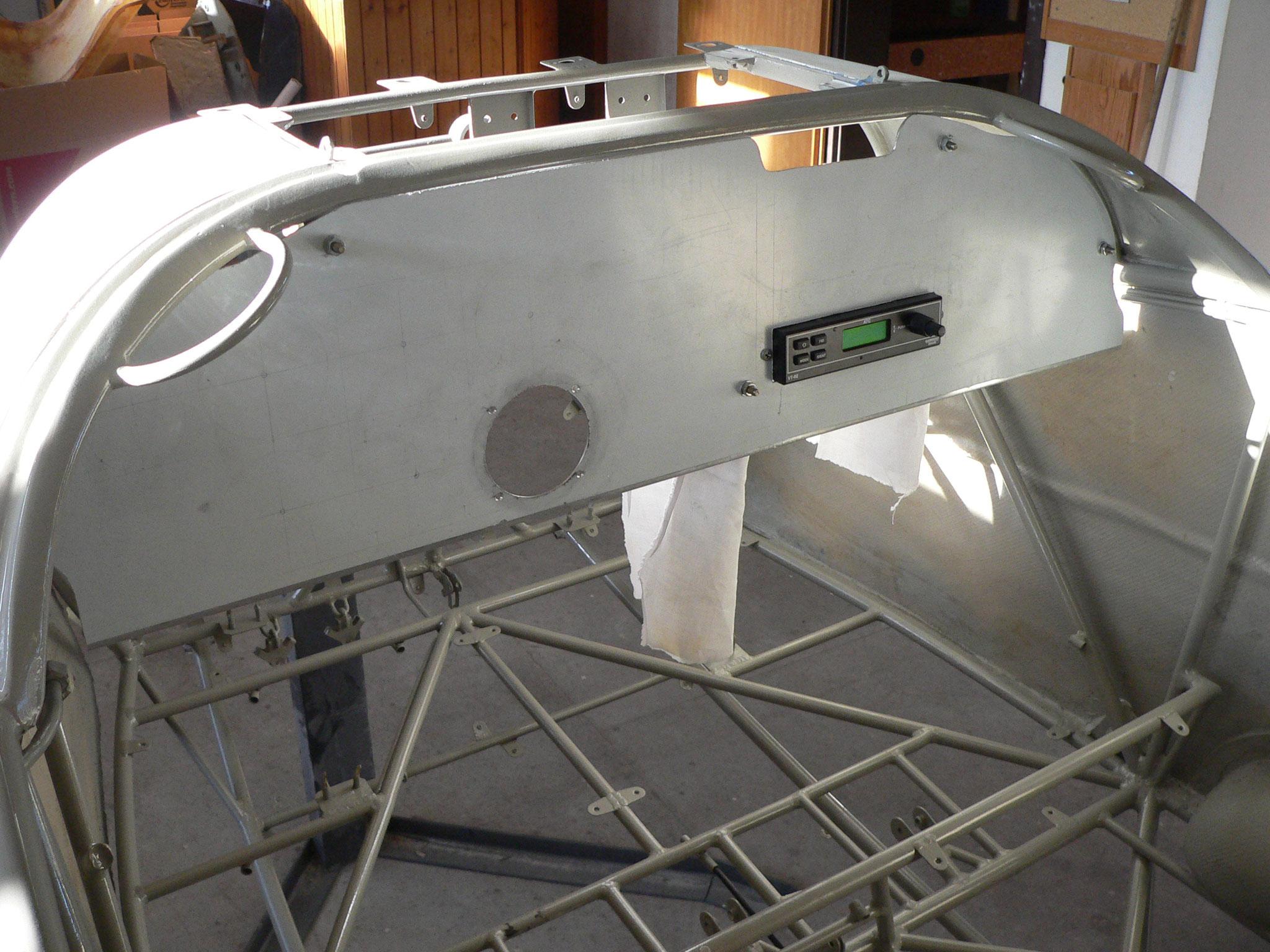 Einpassen des Instrumentenbretts, der Transponder ist bereits montiert