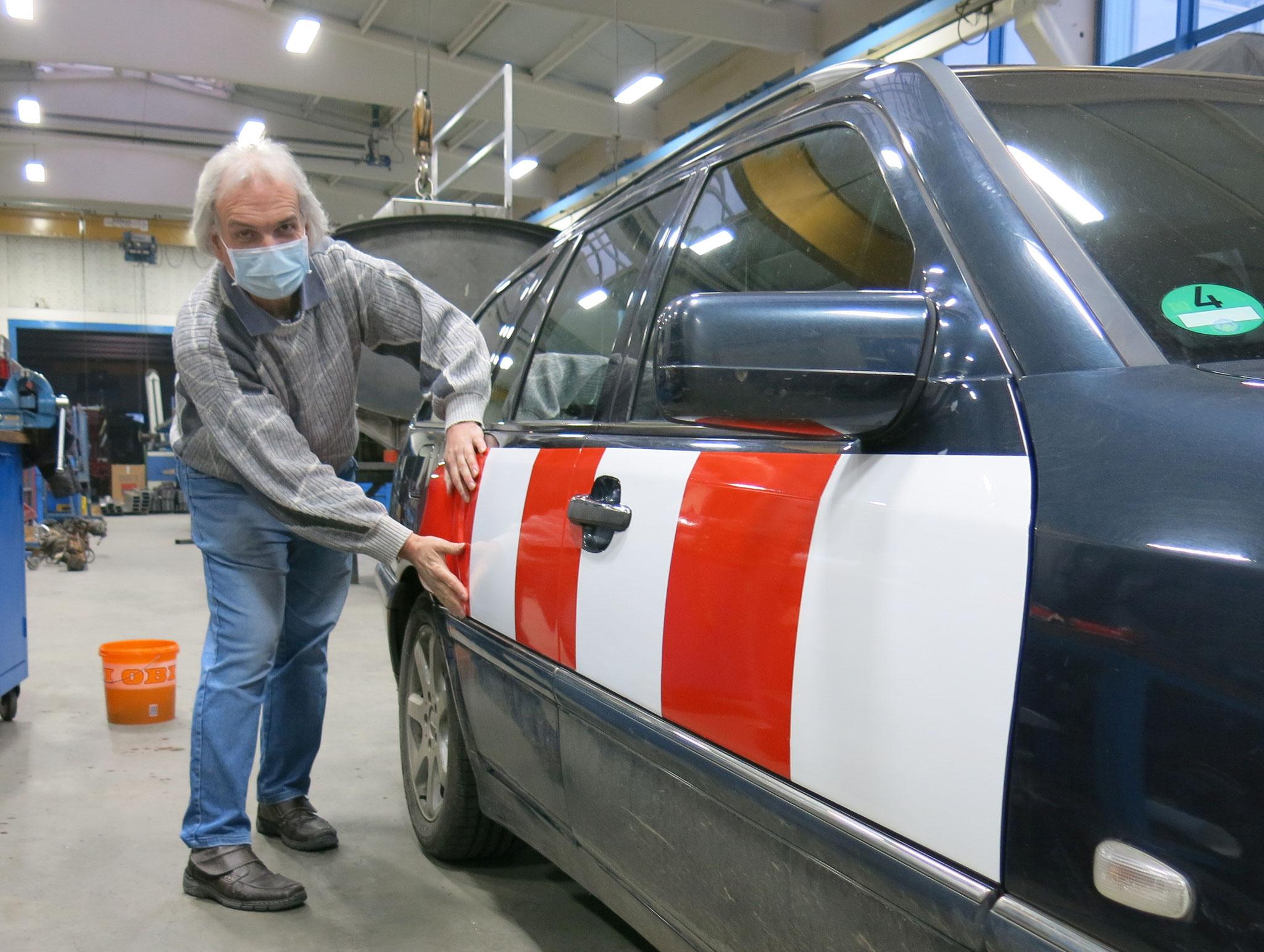 Thomas bringt ein weiteres Folienstück an - Wasser mit Spüli hilft