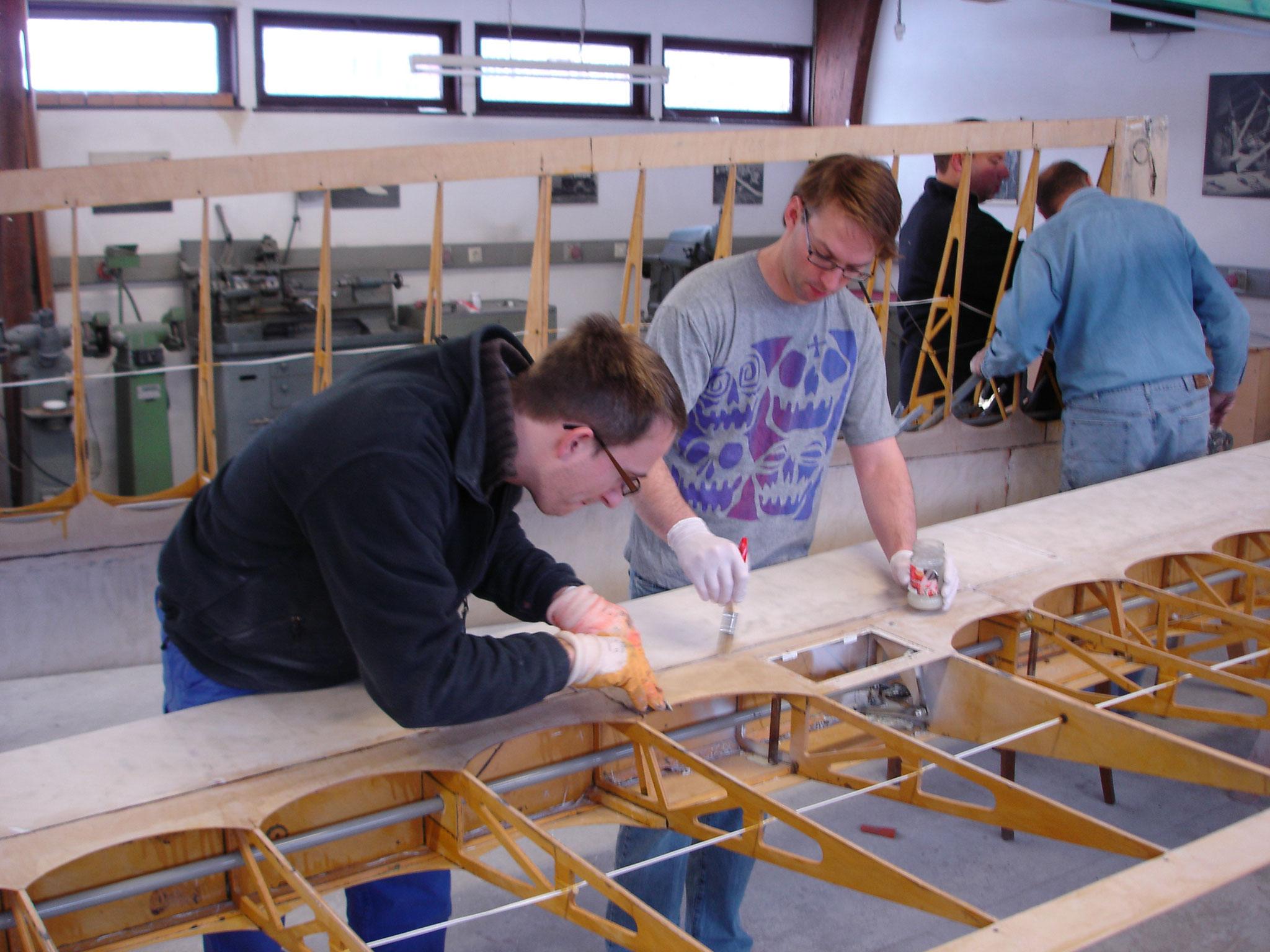 Thomas H. (li.) und Sven beim Abbeizen verbliebener Lackschichten in den Ecken
