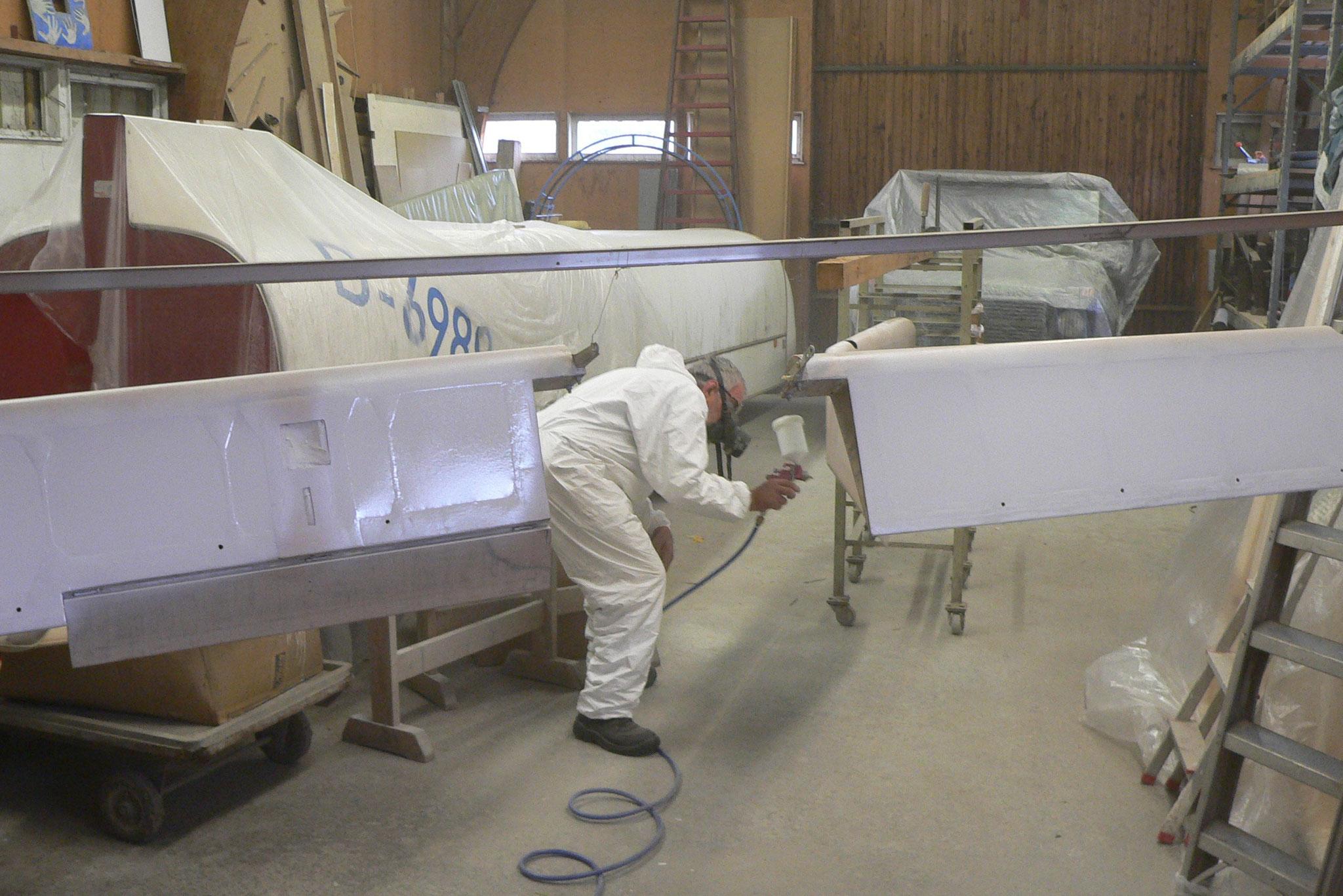 in der Fliegerwerkstatt: Walle lackiert das Höhenruder