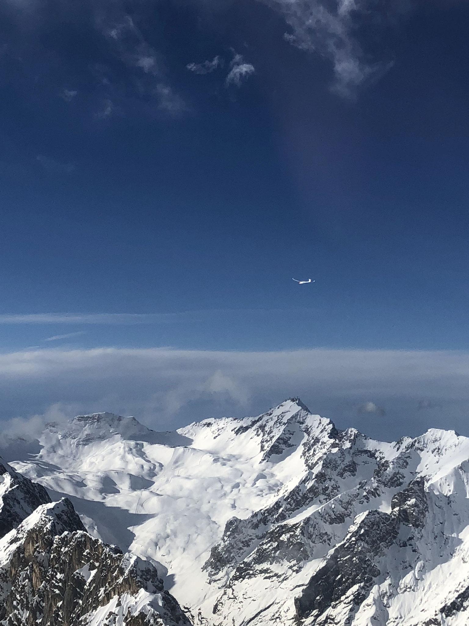 Discus im Hangwind am Wetterstein; im Hintergrund der Zugspitz-Gipfel