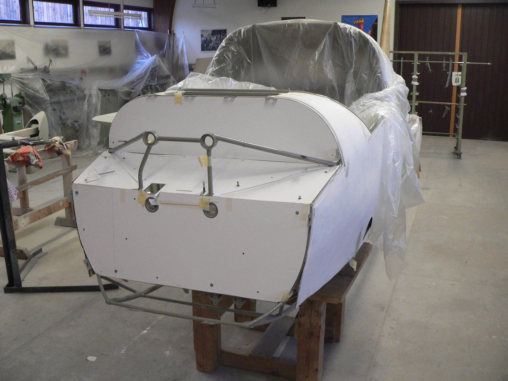 Schablonen aus weißer Pappe helfen beim Anfertigen des Brandschotts