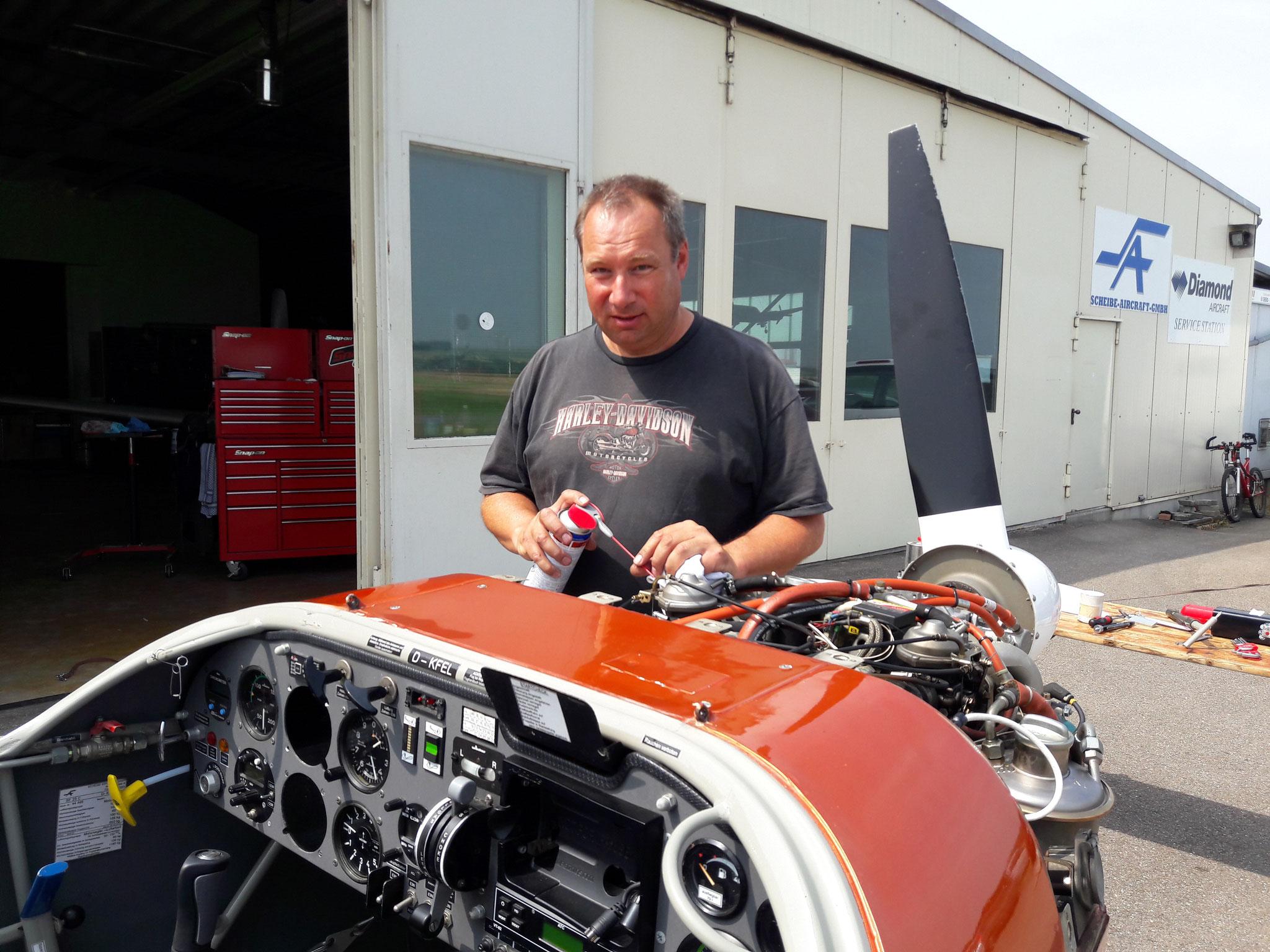 Letzte Handgriffe nach der Getriebemontage (Jörg Reichle)