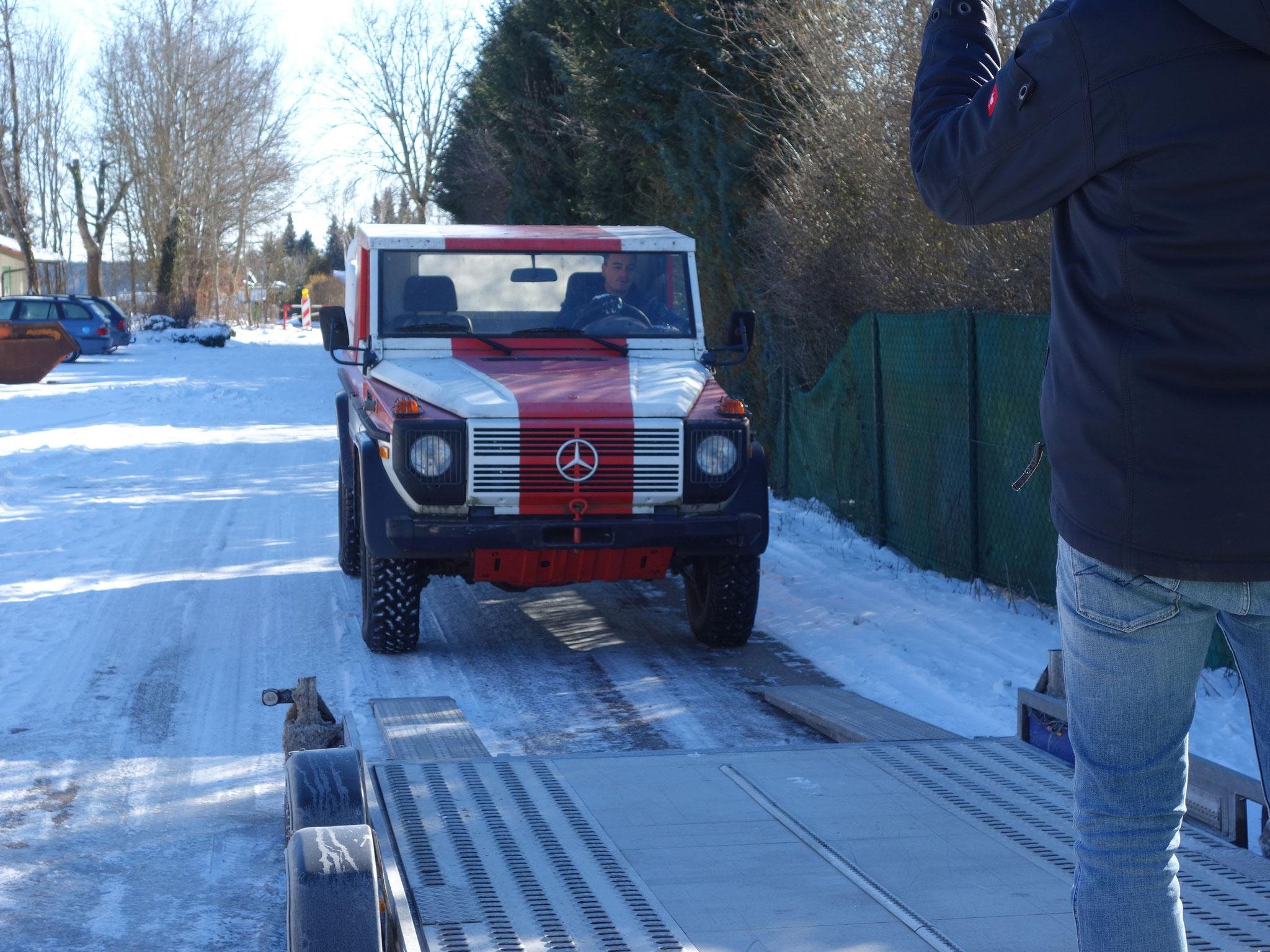 Louis fährt den Lepo auf den Transportanhänger