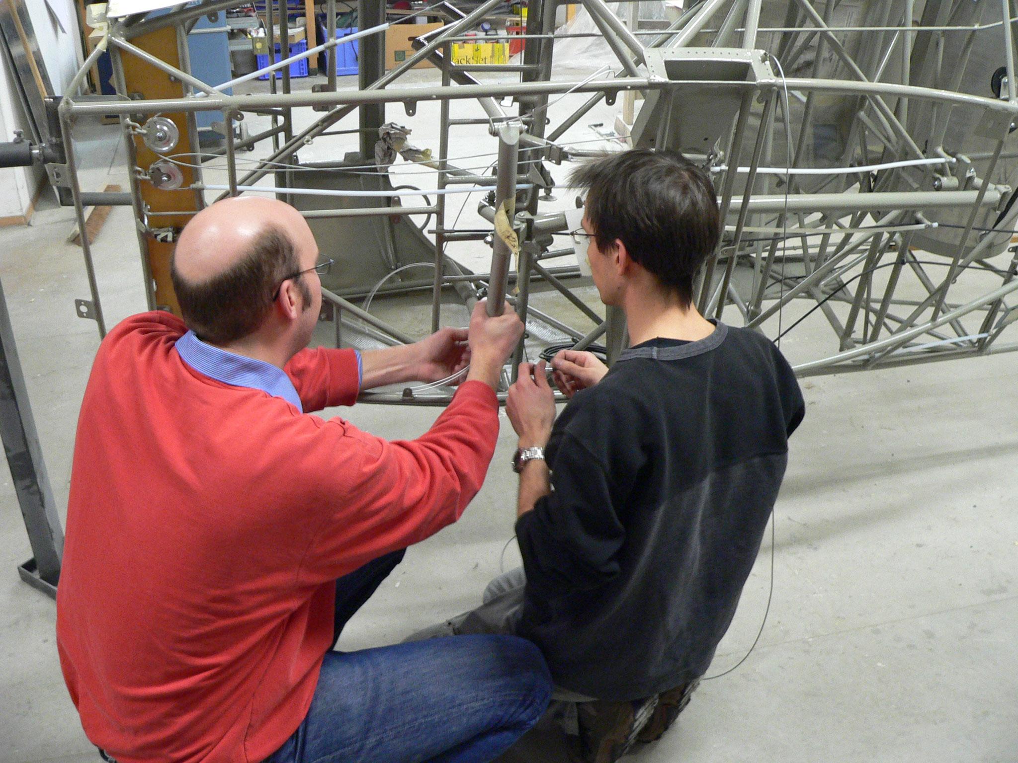 Markus und Stefan beim Einbauen der Steuerung
