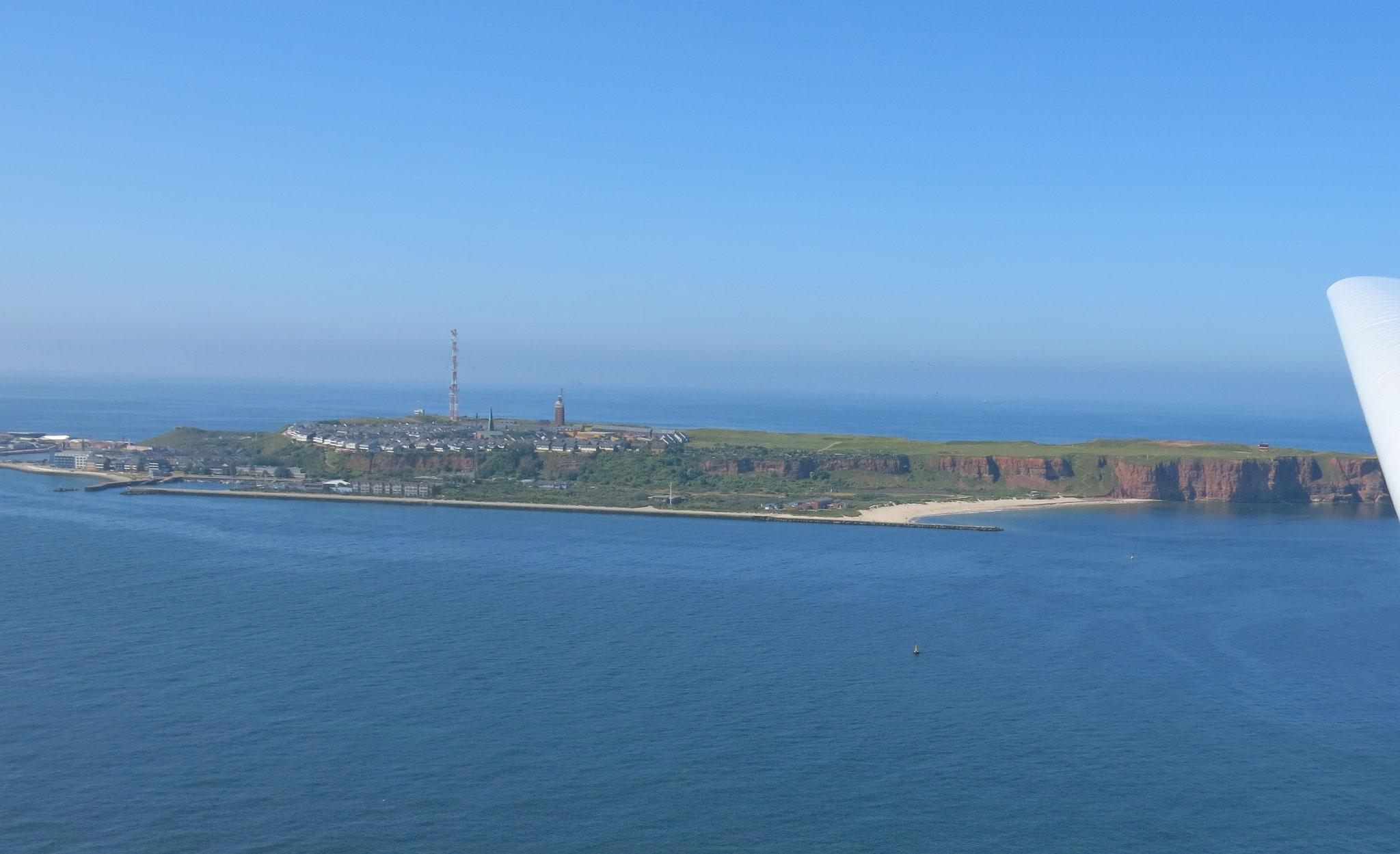 Blick auf Helgoland im Endteil auf den Flugplatz Helgoland-Düne