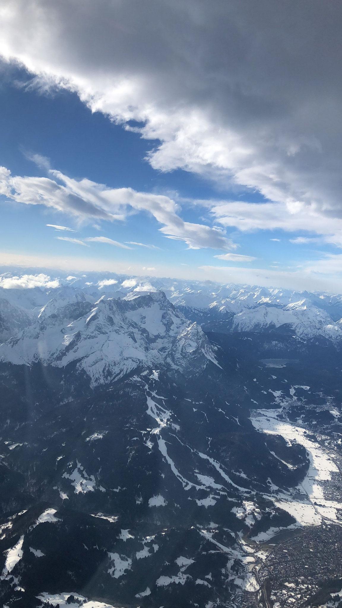 Im Anflug auf die Wetterstein-Welle; in Bildmitte die Zugspitze, rechts unten Garmisch