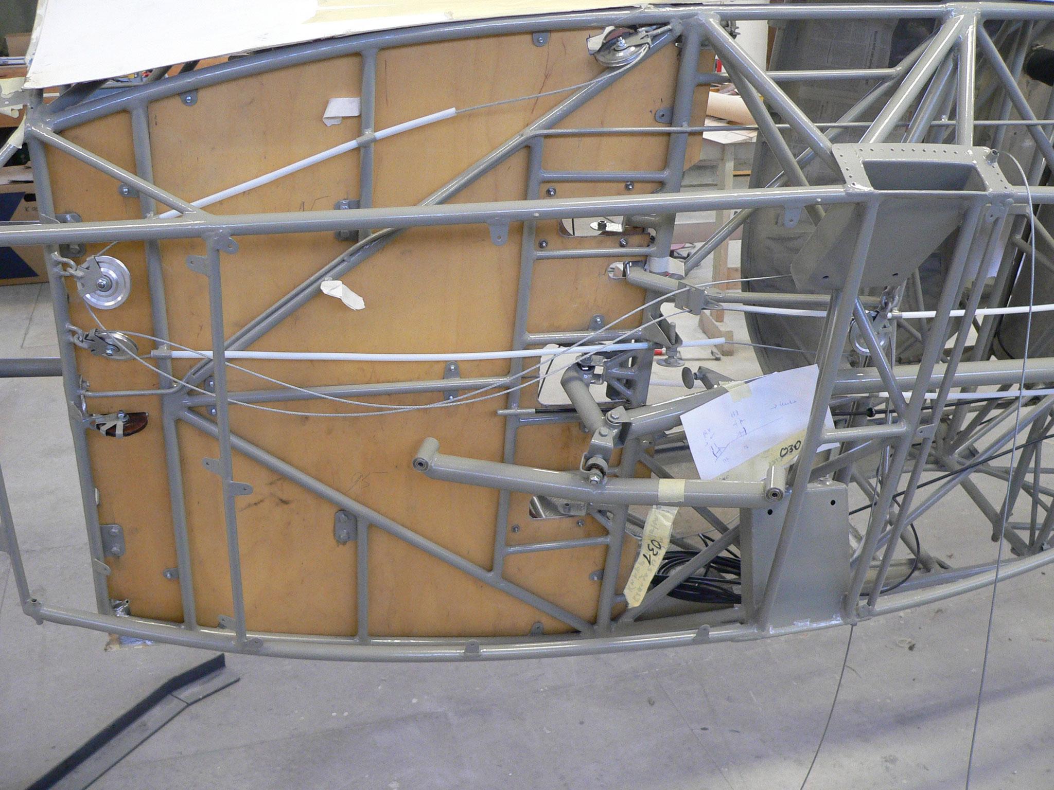 Blick unter den Cockpitboden - die Steuerung ist noch nicht vollständig montiert
