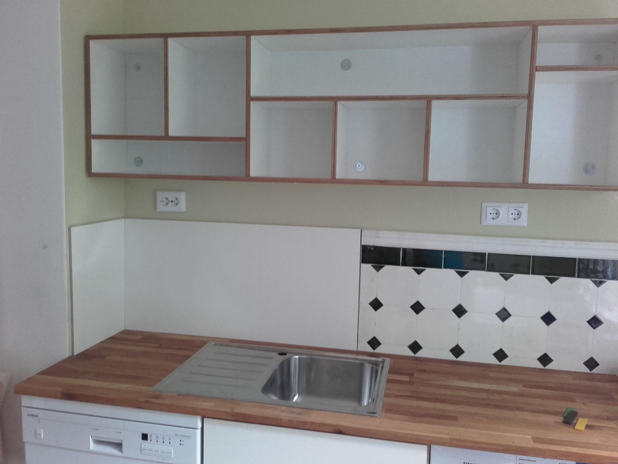 Küchenregal und Schränke aus Birke Multiplex, weiss beschichtet