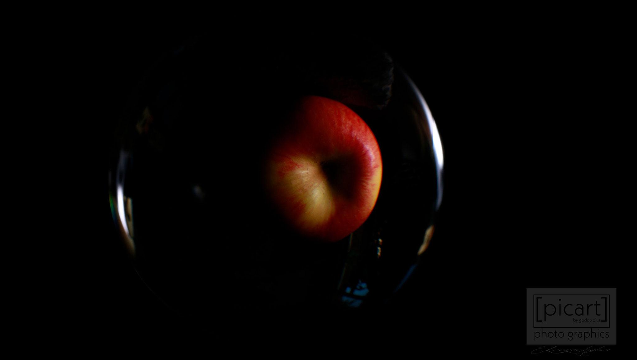 Bestellnummer: LK003  |  Experimentelle Low Key-Fotografie – roter Apfel in Glaskugel © [:picart]by godot-plus, Eva Lenzenhuber