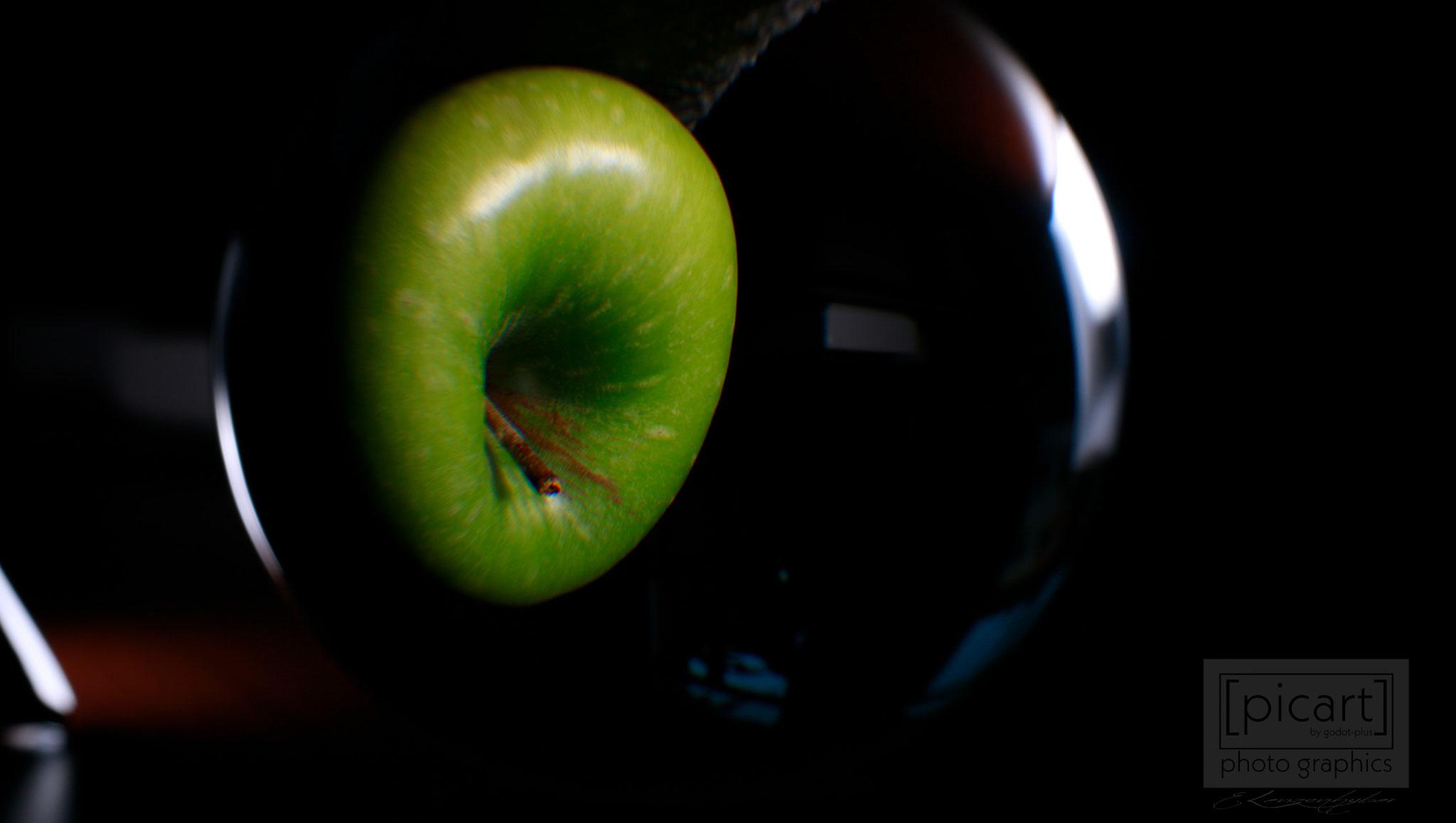 Bestellnummer: LK002  |  Experimentelle Low Key-Fotografie – grüner Apfel in Glaskugel © [:picart]by godot-plus, Eva Lenzenhuber