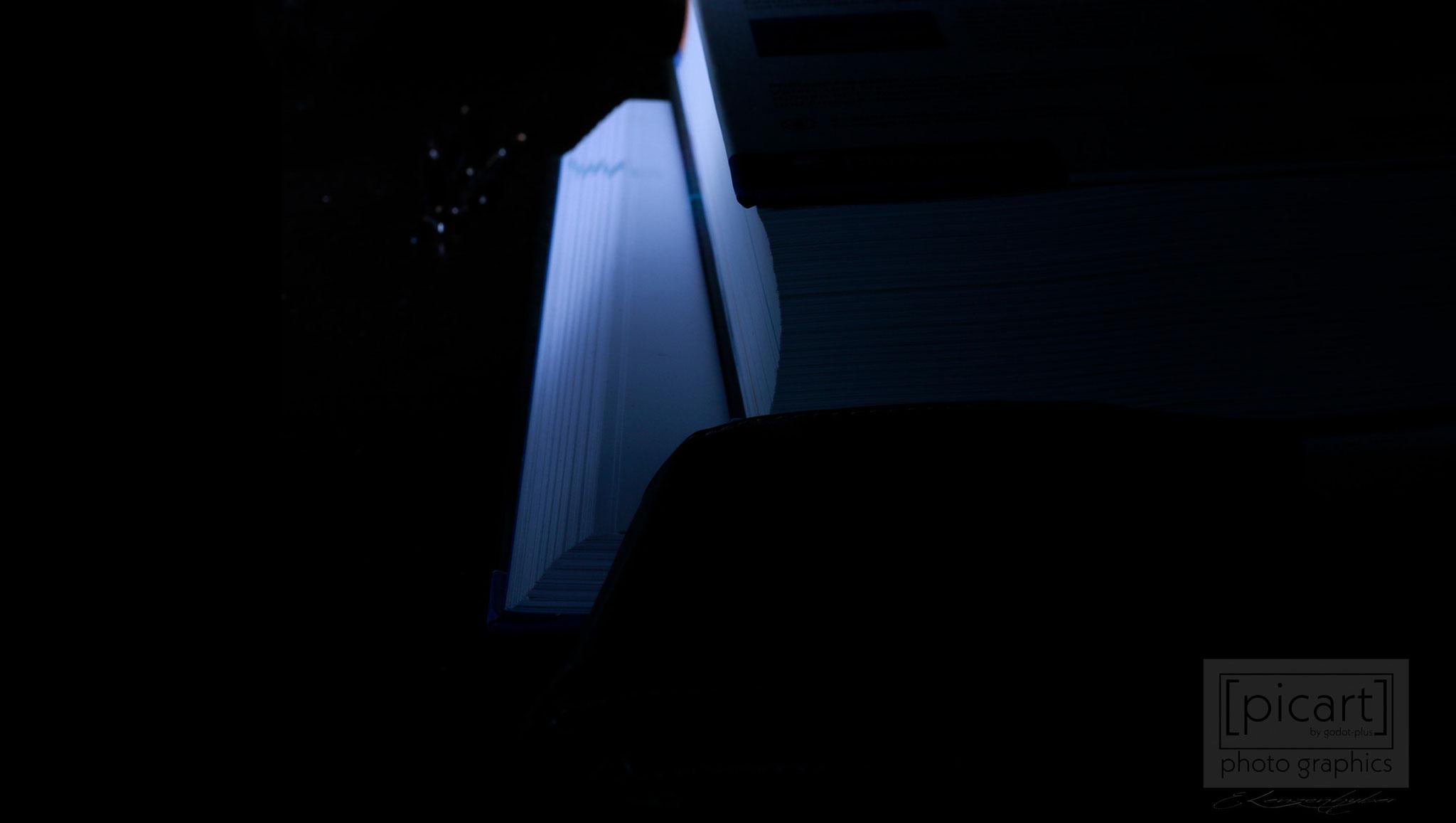 Bestellnummer: LK005  |  Experimentelle Low Key-Fotografie – leuchtende Bücher © [:picart]by godot-plus, Eva Lenzenhuber