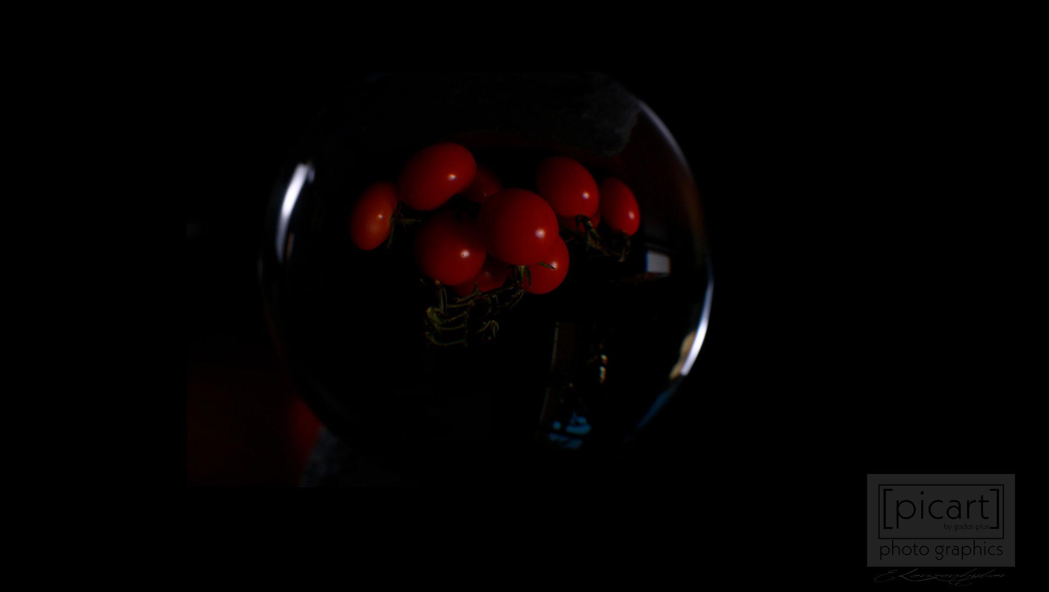 Bestellnummer: LK011  |  Experimentelle Low Key-Fotografie – Tomaten in Glaskugel © [:picart]by godot-plus, Eva Lenzenhuber