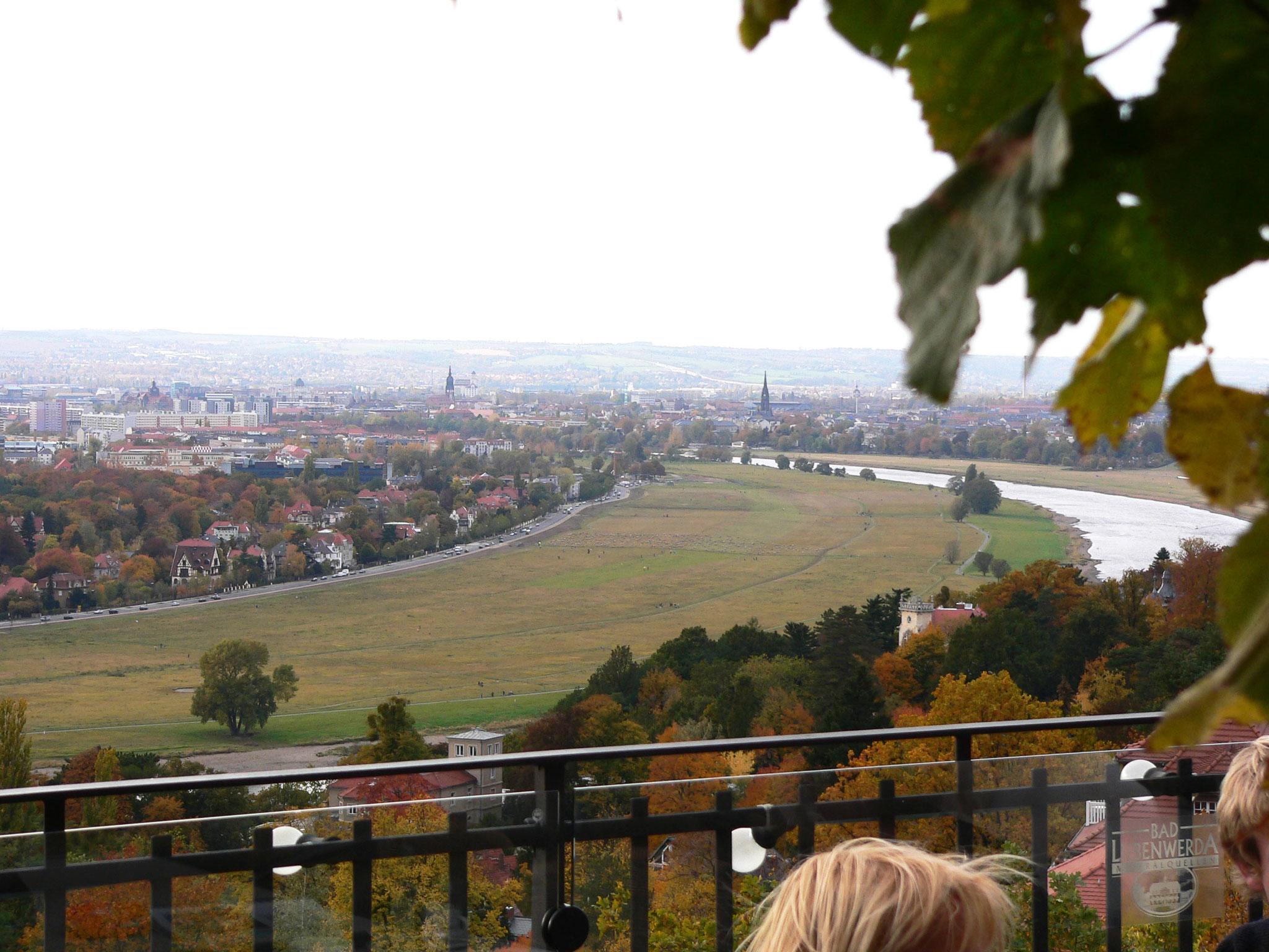 Blick vom Luisenhof auf dem Weißen Hirsch auf Dresden