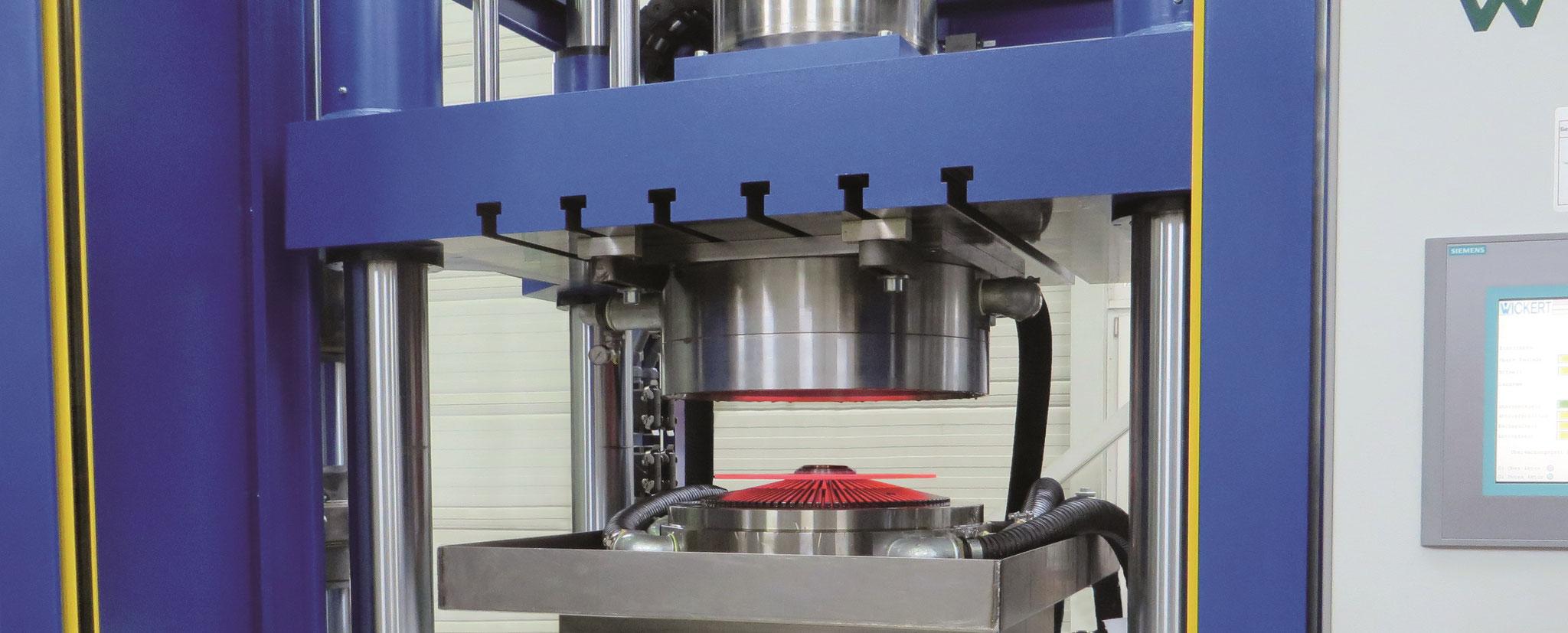 Härtepresse mit Werkzeug