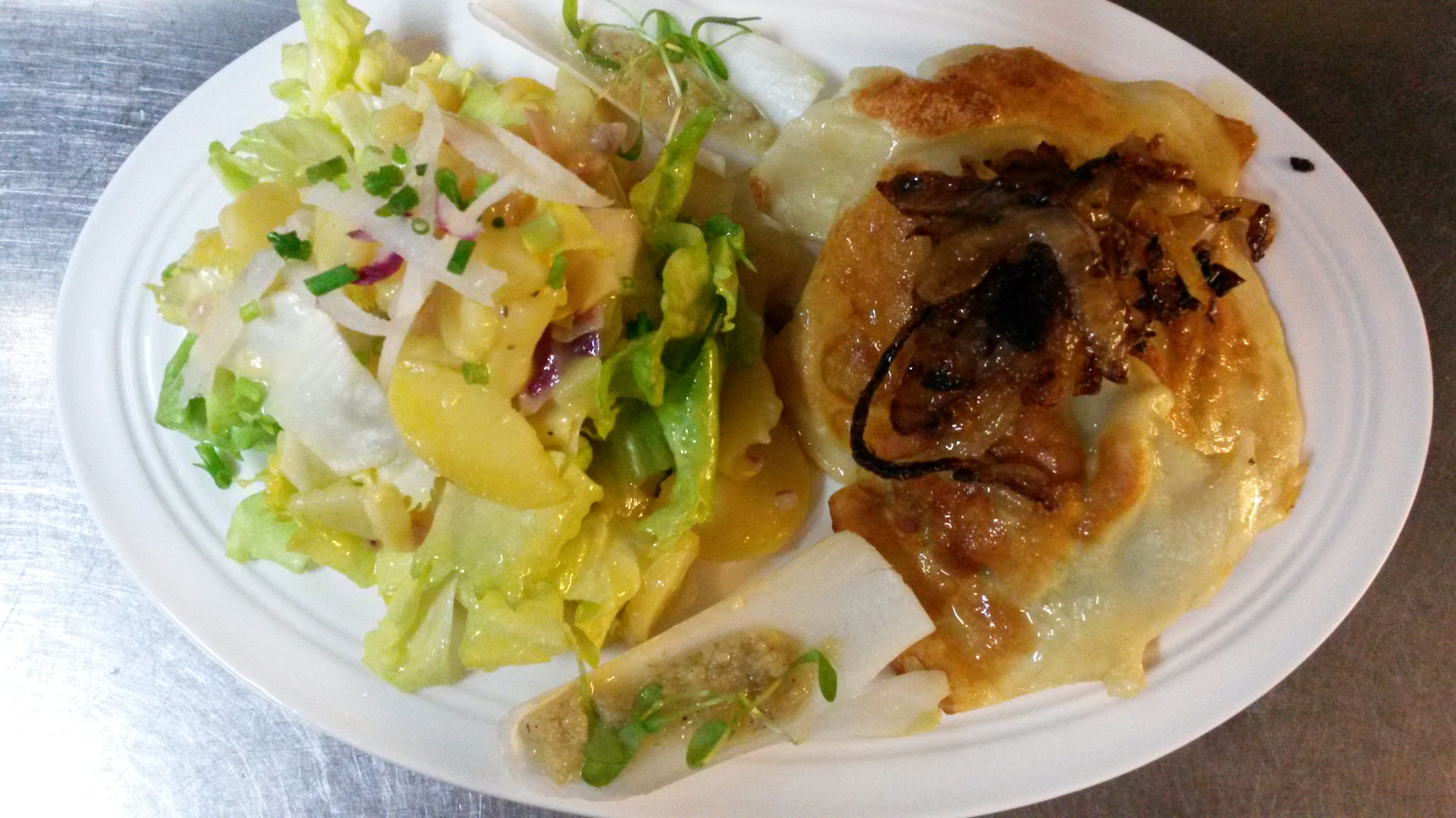 Beispiel für moderne Landküche:  abgeschmäzte Maultaschen mit Kartoffelsalat