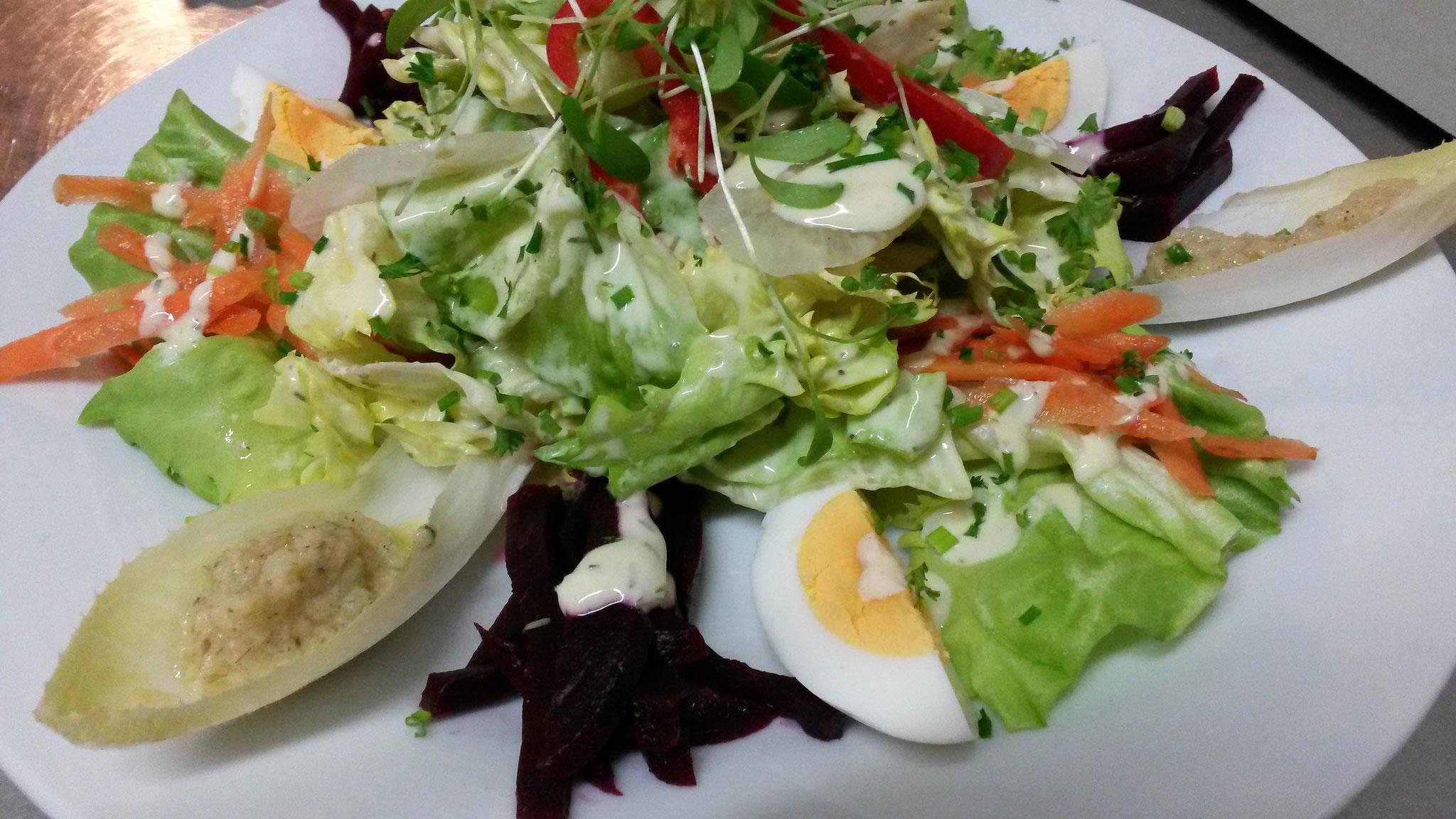 Beispiel für moderne Landküche:  Bunter Salat mit Kartoffelvinaigrette