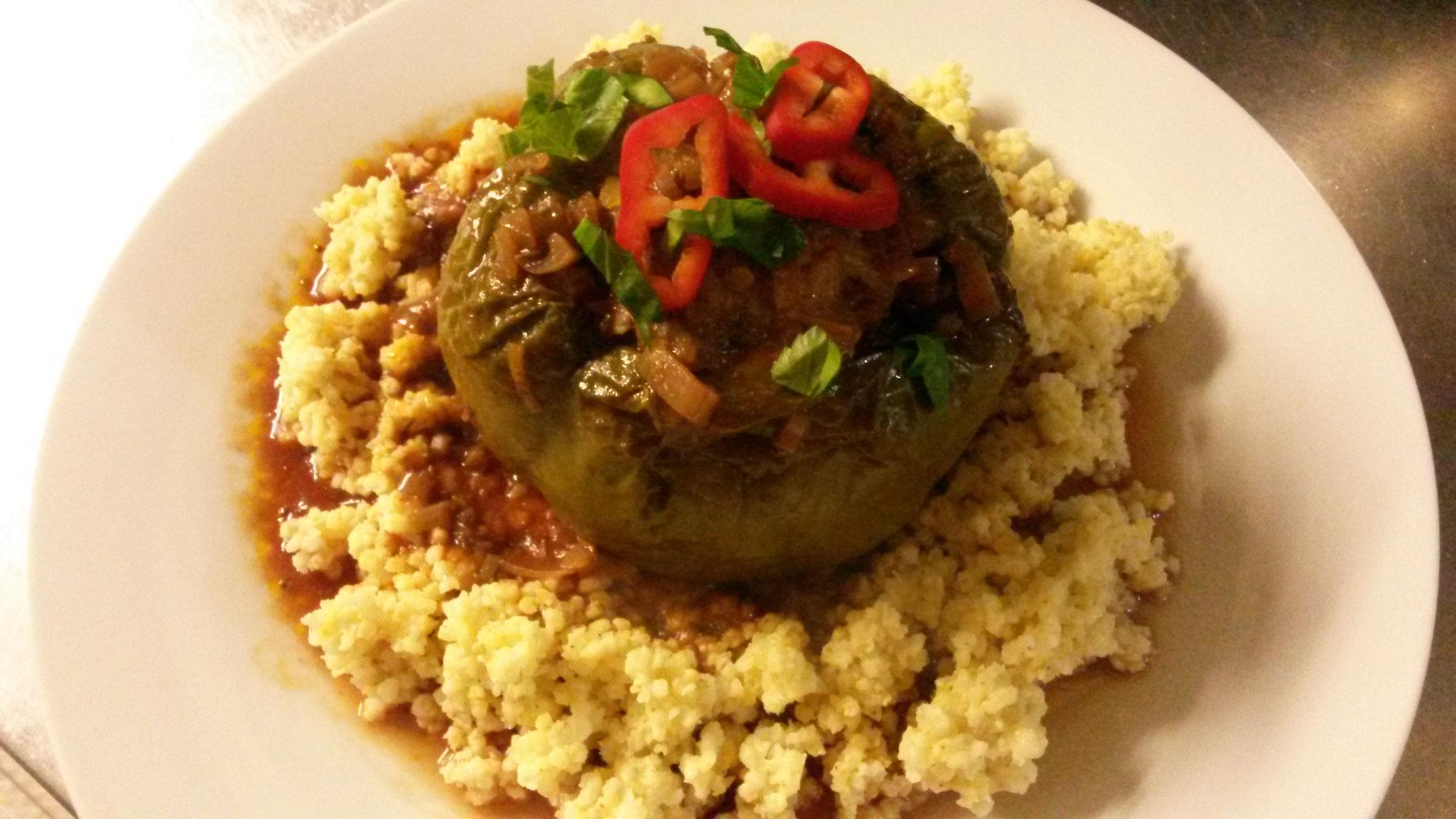 Beispiel für moderne Landküche:  Gefüllte Paprika auf Hirse