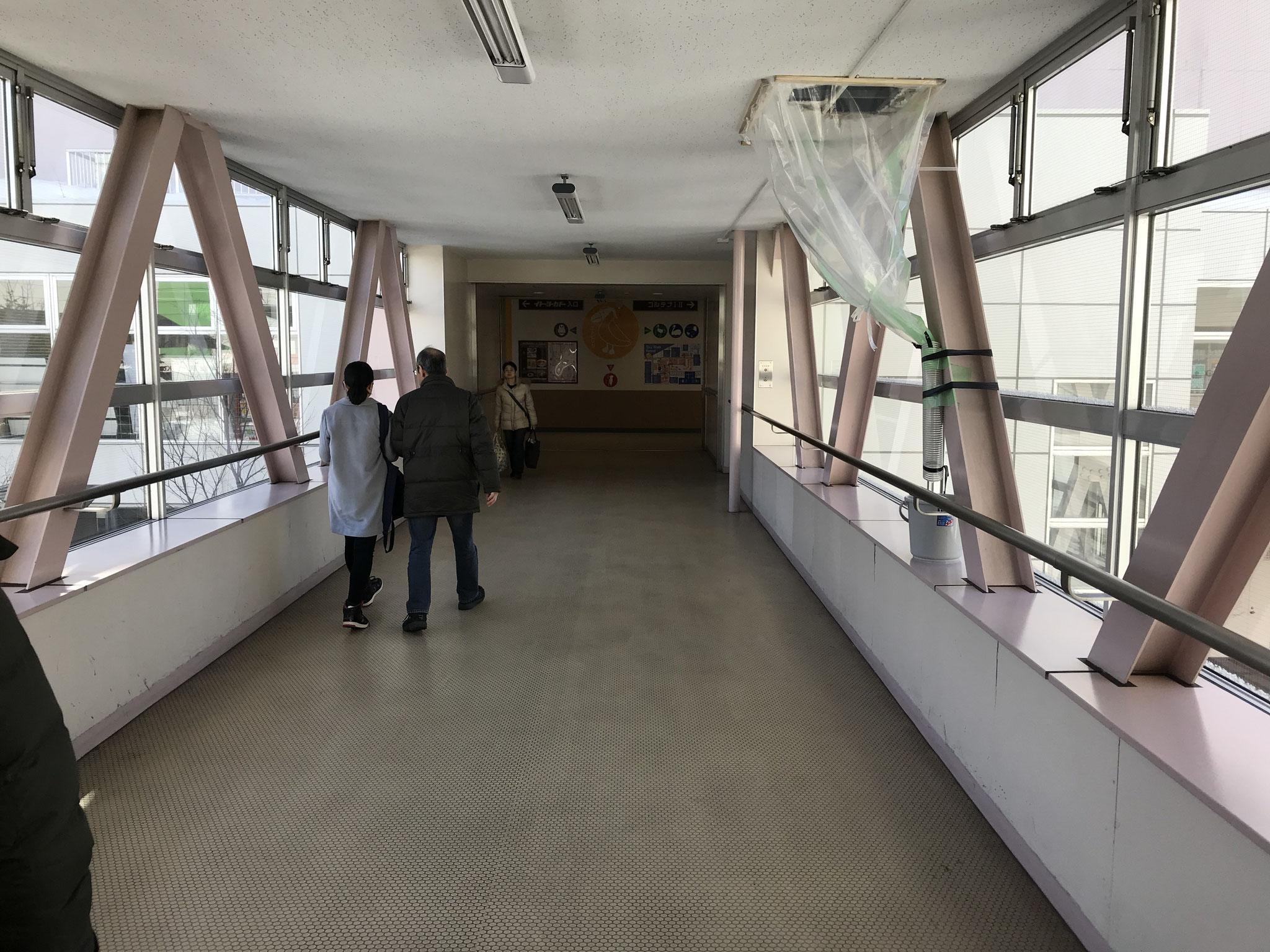渡り廊下を通って