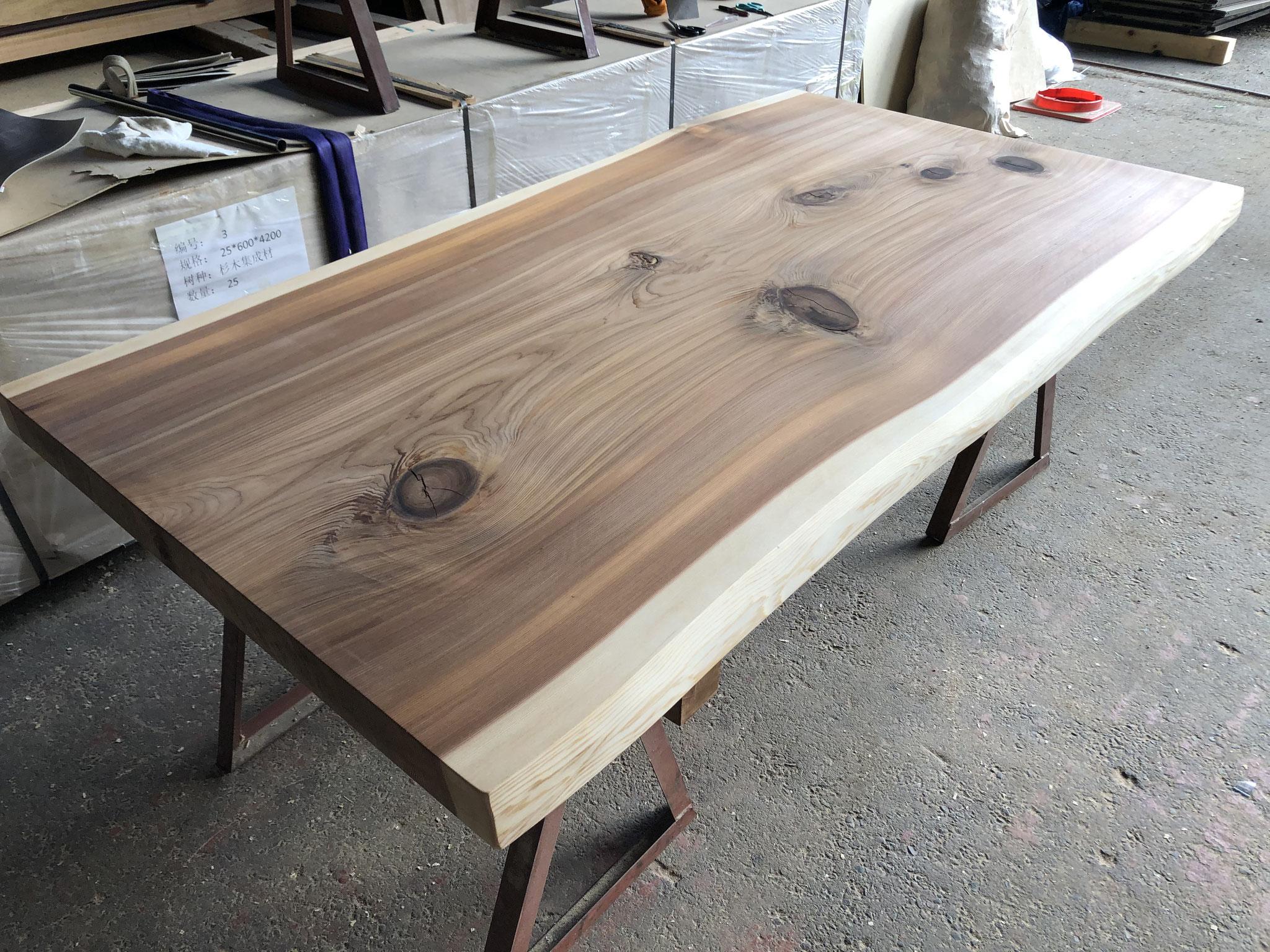 杉の一枚板テーブルを制作しています。引渡し直前にお客様にプレゼント致します。