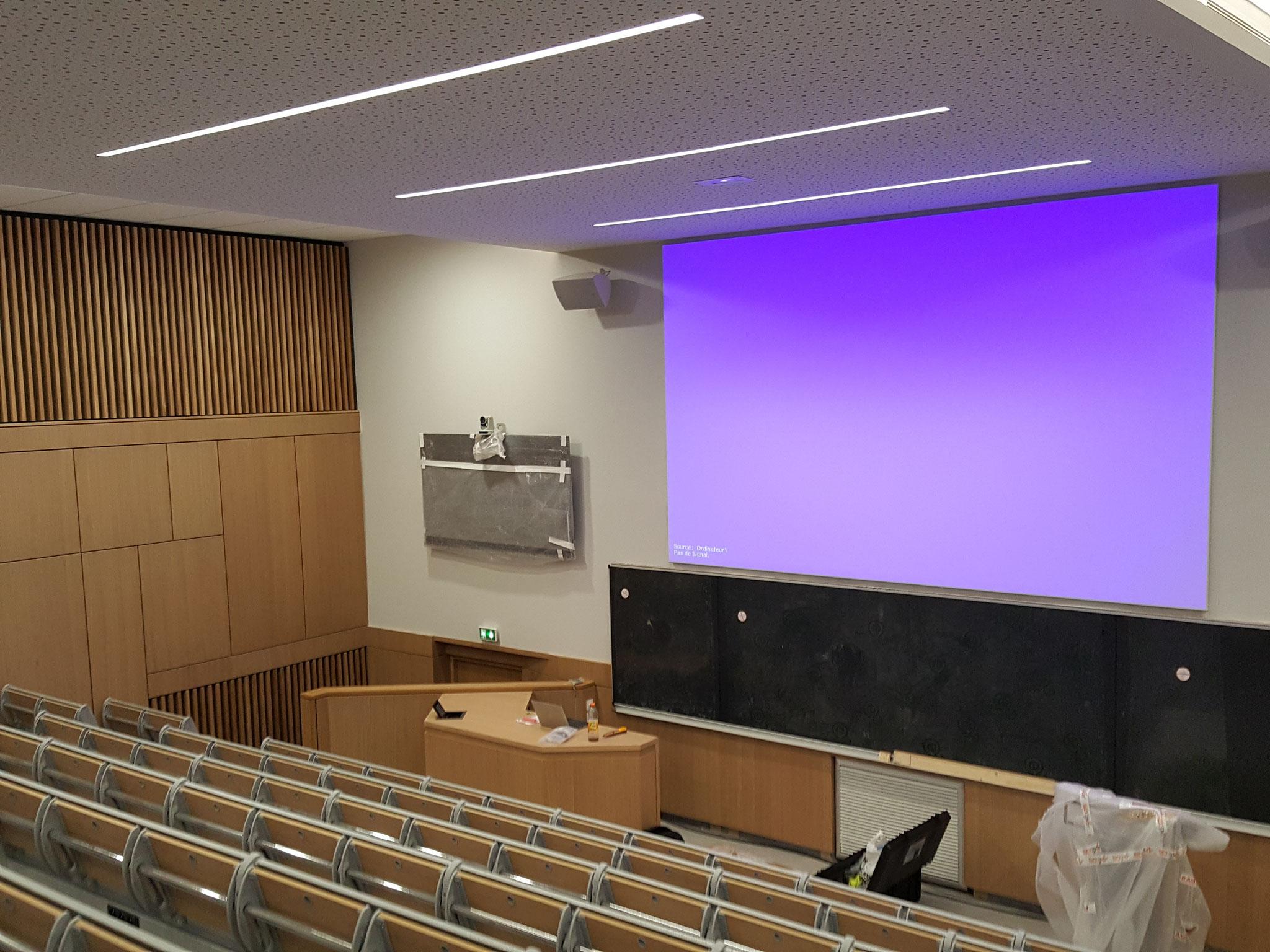 Projection, vidéoconférence et tableau noir