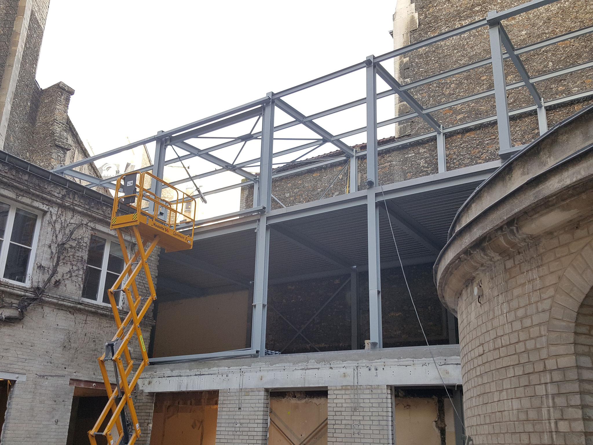 Montage de la structure pour la sur-élévation du bâtiment sur cour