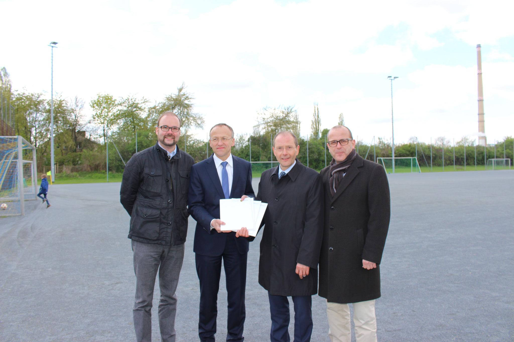 Sportbürgermeister Dr. Peter Lames (2.v.l.) gemeinsam mit den Fördermittelgebern StM Markus Ulbig  und den Abgeordneten Christian Piwarz & Martin Modschiedler