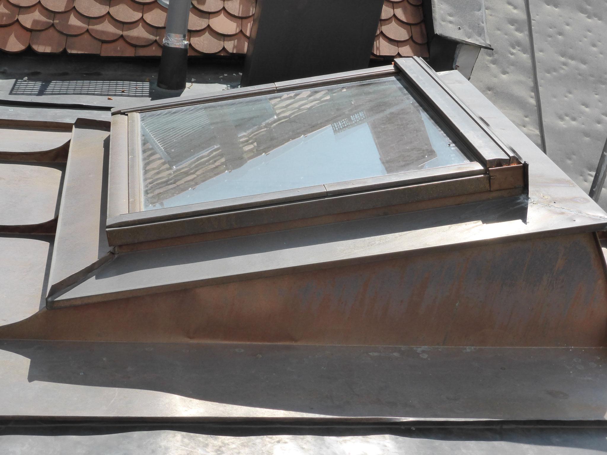 Einfassung eines Dachflächenfensters mit Aufkeilrahmen aus Kupfer