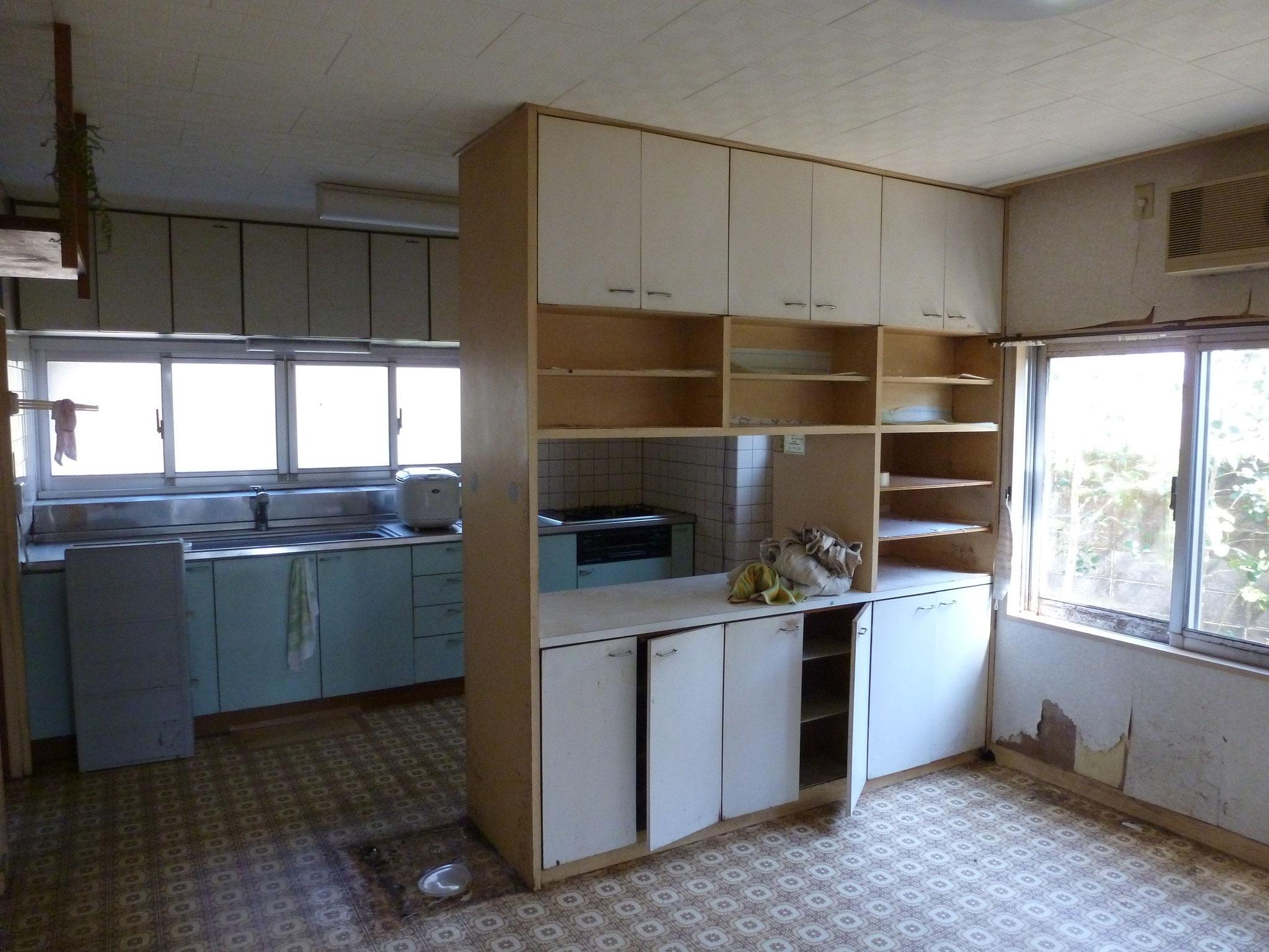 収納で仕切られたキッチン