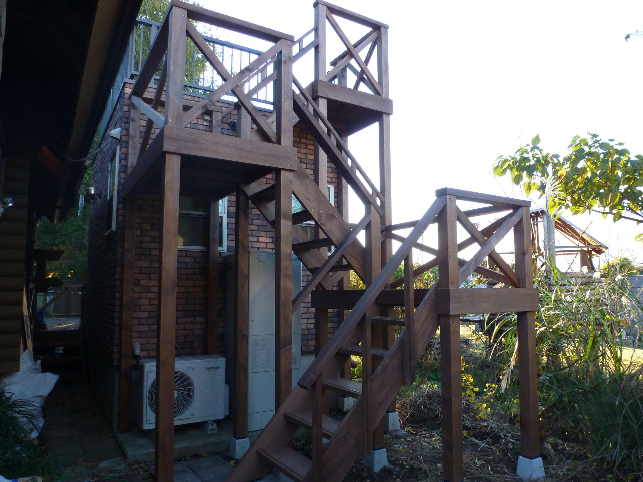 遊具のような屋上への階段