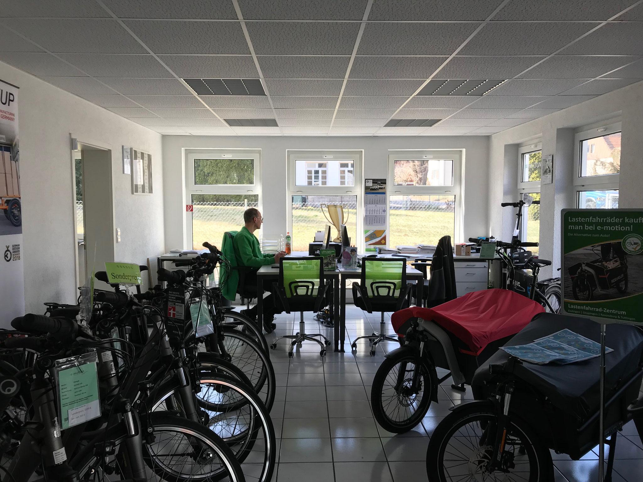 Unser Verkaufberater Klaus an seinem Arbeitsplatz neben den Lastenfahrrädern