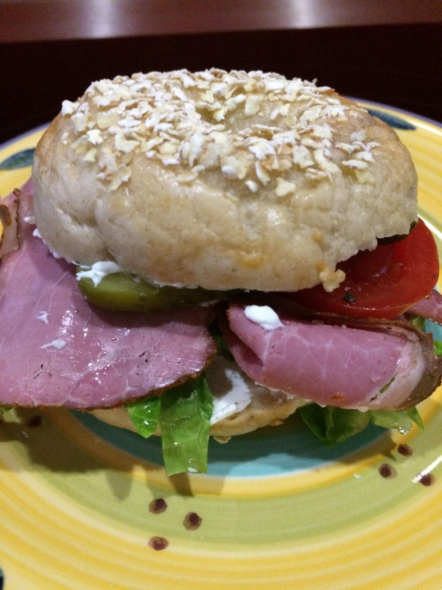dick belegen zum Beispiel mit Pastrami, Salat, Gurke und Tomaten.