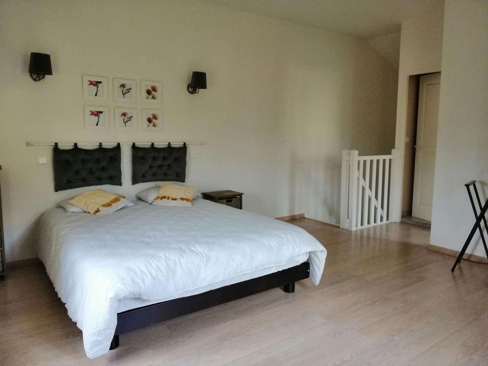 La chambre avec son lit de 160