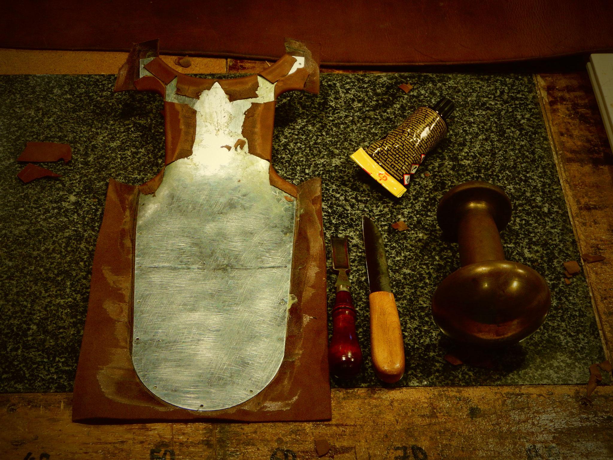 Collage du cuir de garniture