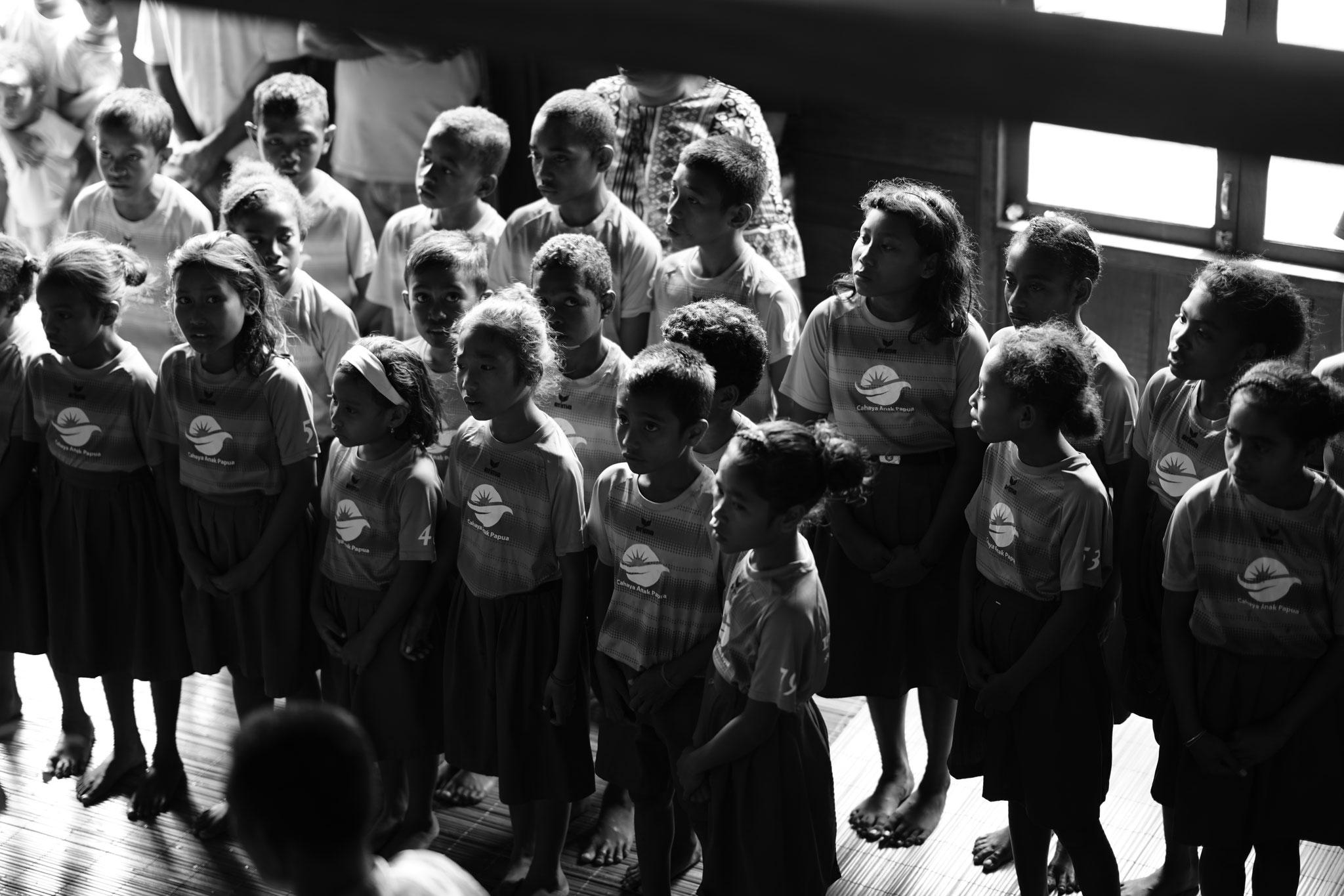 Unsere Schūler singen an der Zeremonie