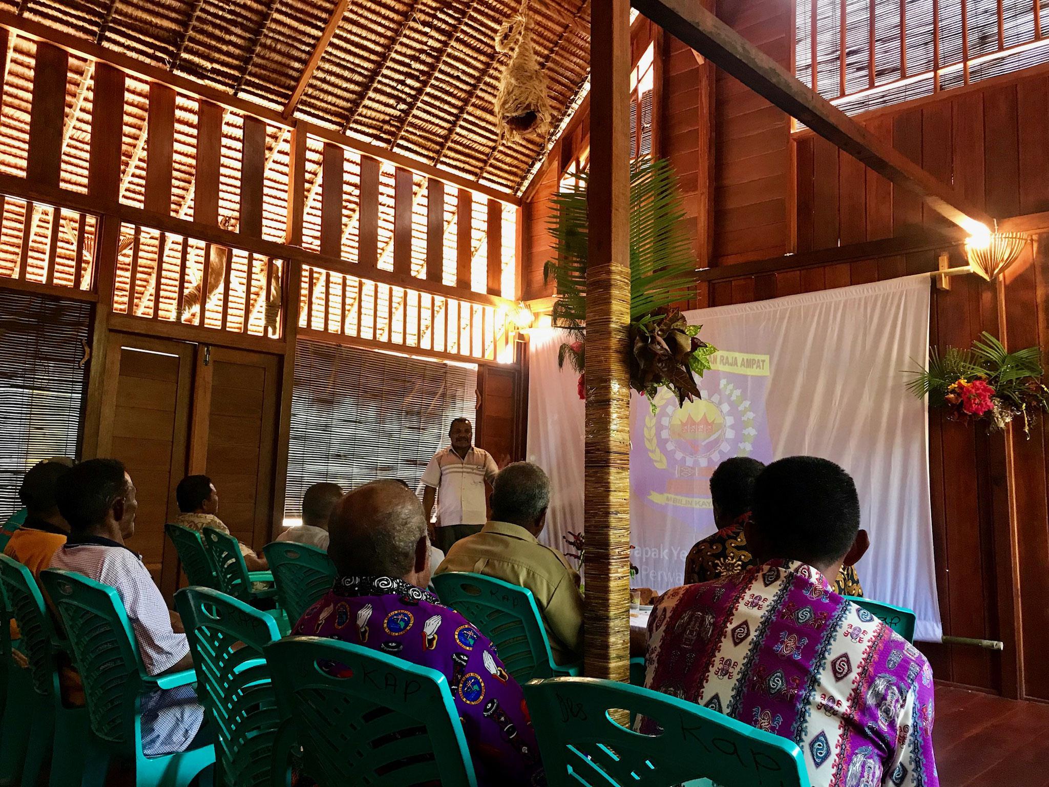 Der Oberhāuptling des 'Maya-tribes' erlāutert die Wichtigkeit der Arbeit von Child Aid Papua