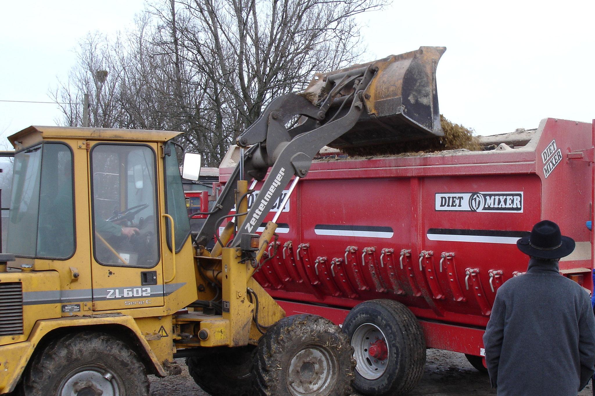 Für eine homogenere Verteilung im Mischwagen sollte KE-agrar mit Wasser verdünnt werden.  1:3 bis 1:10, abhängig von der Technik.