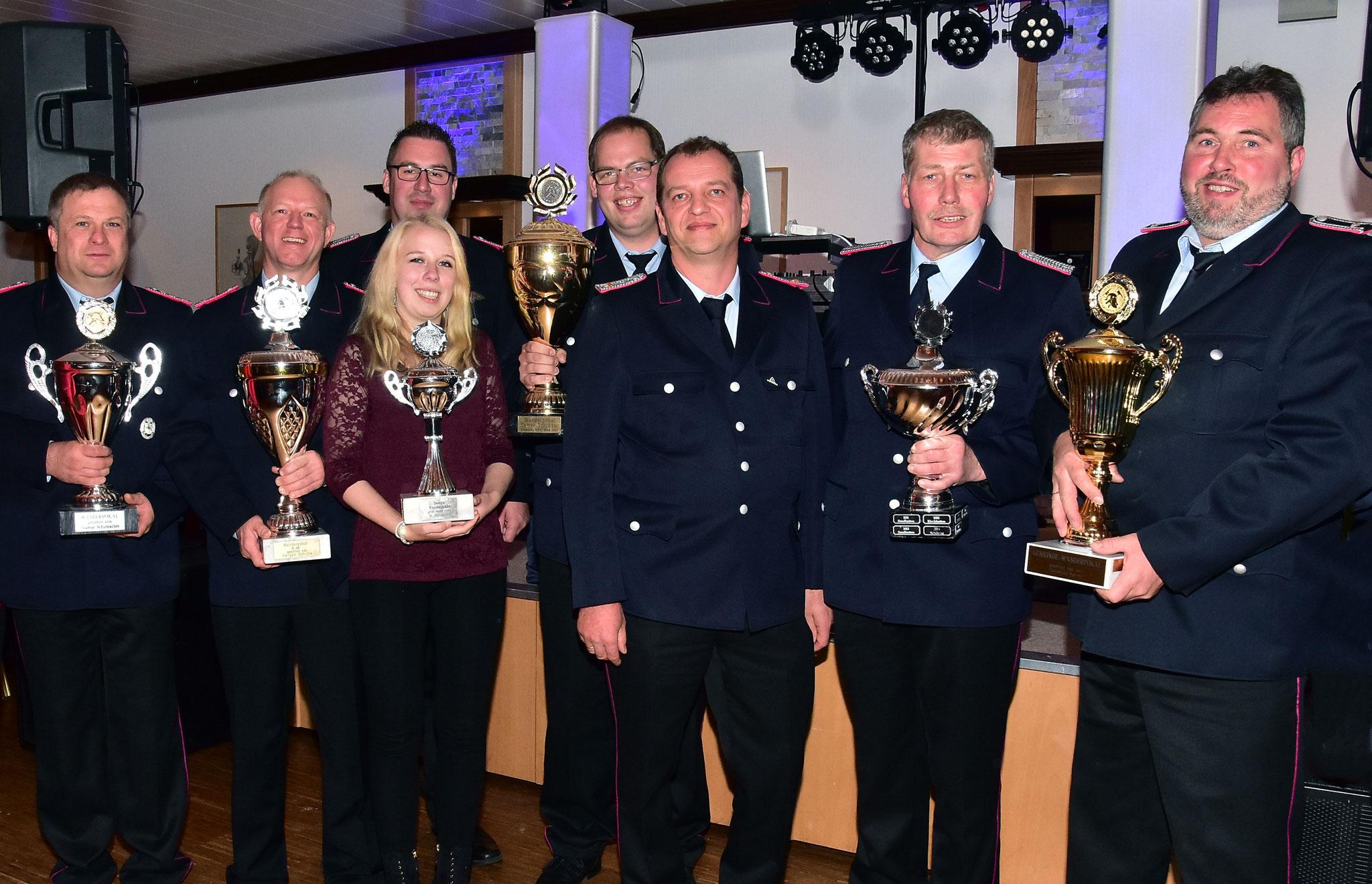 Die Besten des Gemeindewettkampfes am Samstag vor einer Woche konnten sich über Pokale freuen.