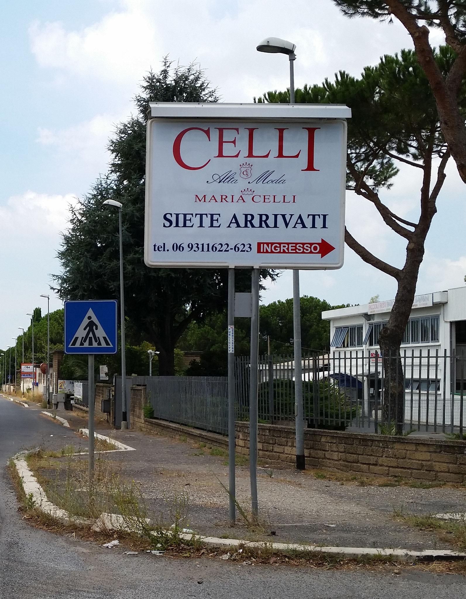 Cartello pubblicitario orizzontale -  entrata azienda dell' Alta Moda di Maria Celli a Pavona (RM)
