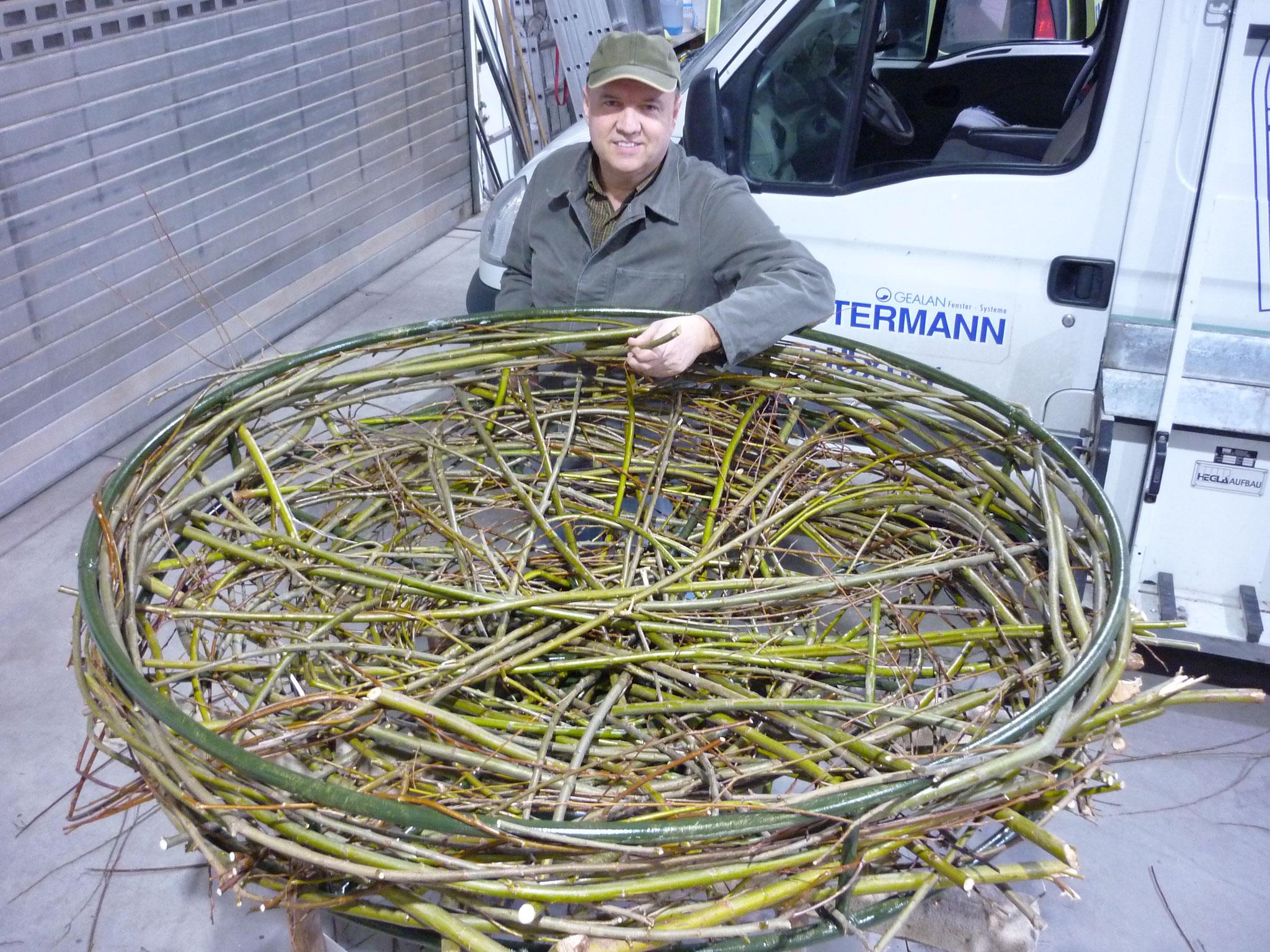 Rudolf Ostermann, der Initiator des Projekts mit dem zweiten fertigen Nest. Ein Nest wird in Wehrden an der Weser und das zweite Nest in Brakel in der Märsch aufgebaut.
