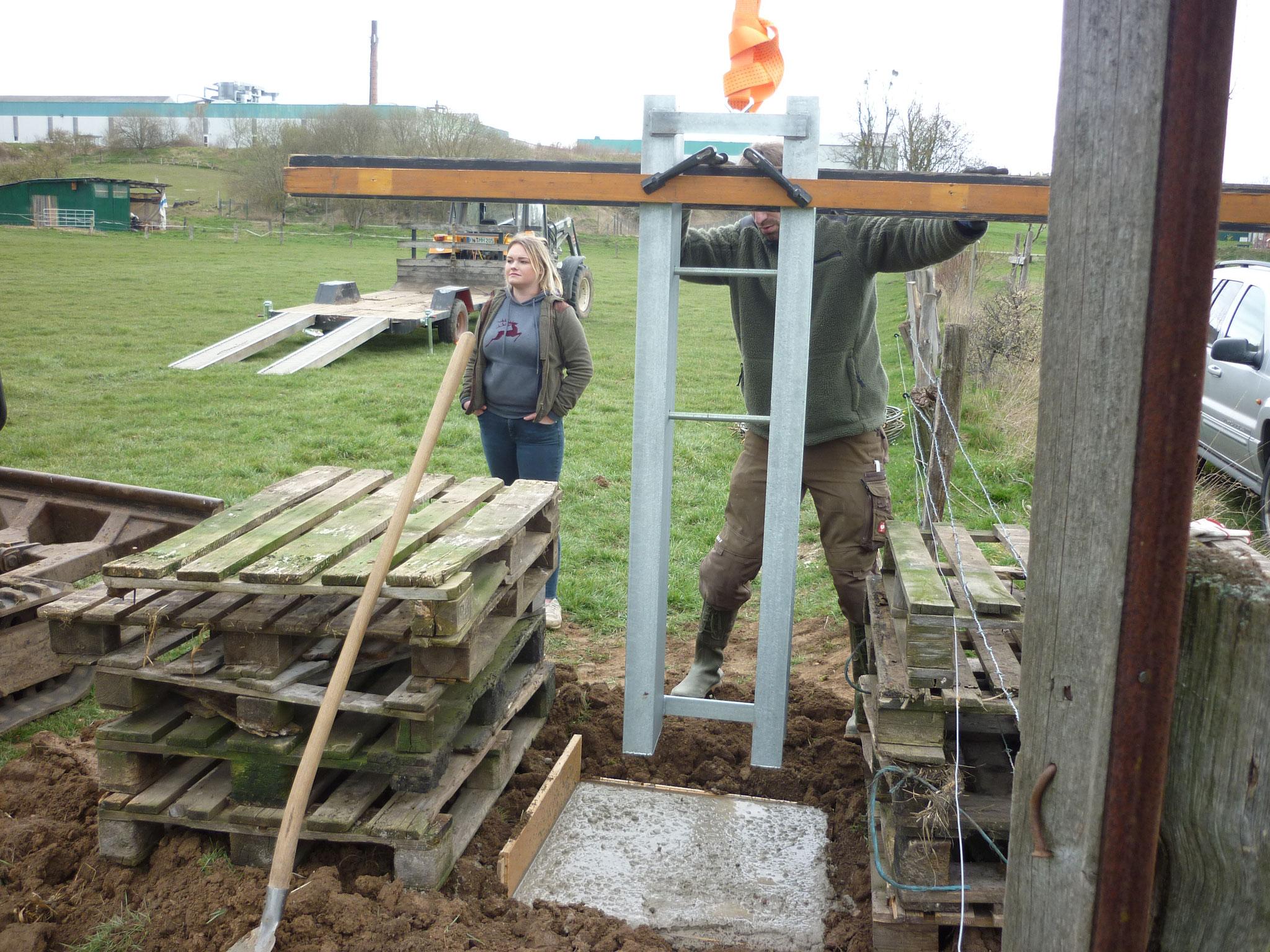 Die Masthalterung wir im frischen Beton abgesenkt.