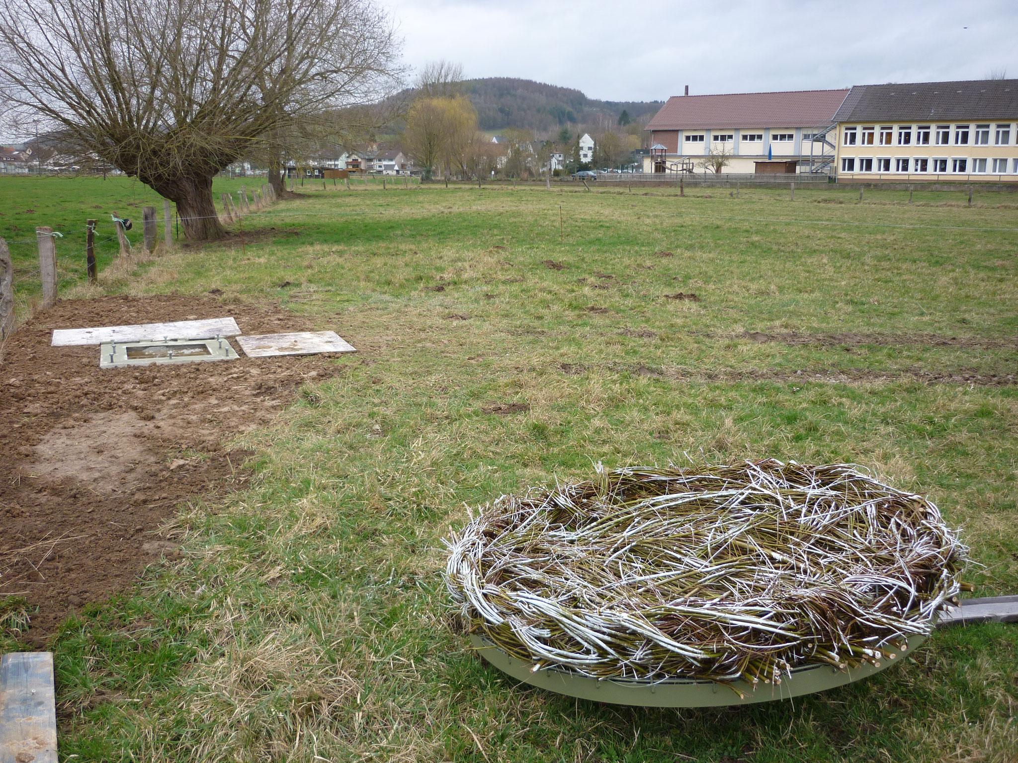 Links das Fundament für den Masten und rechts neue Storchennest. Im Hintergrund die Grundschule von Ottbergen.