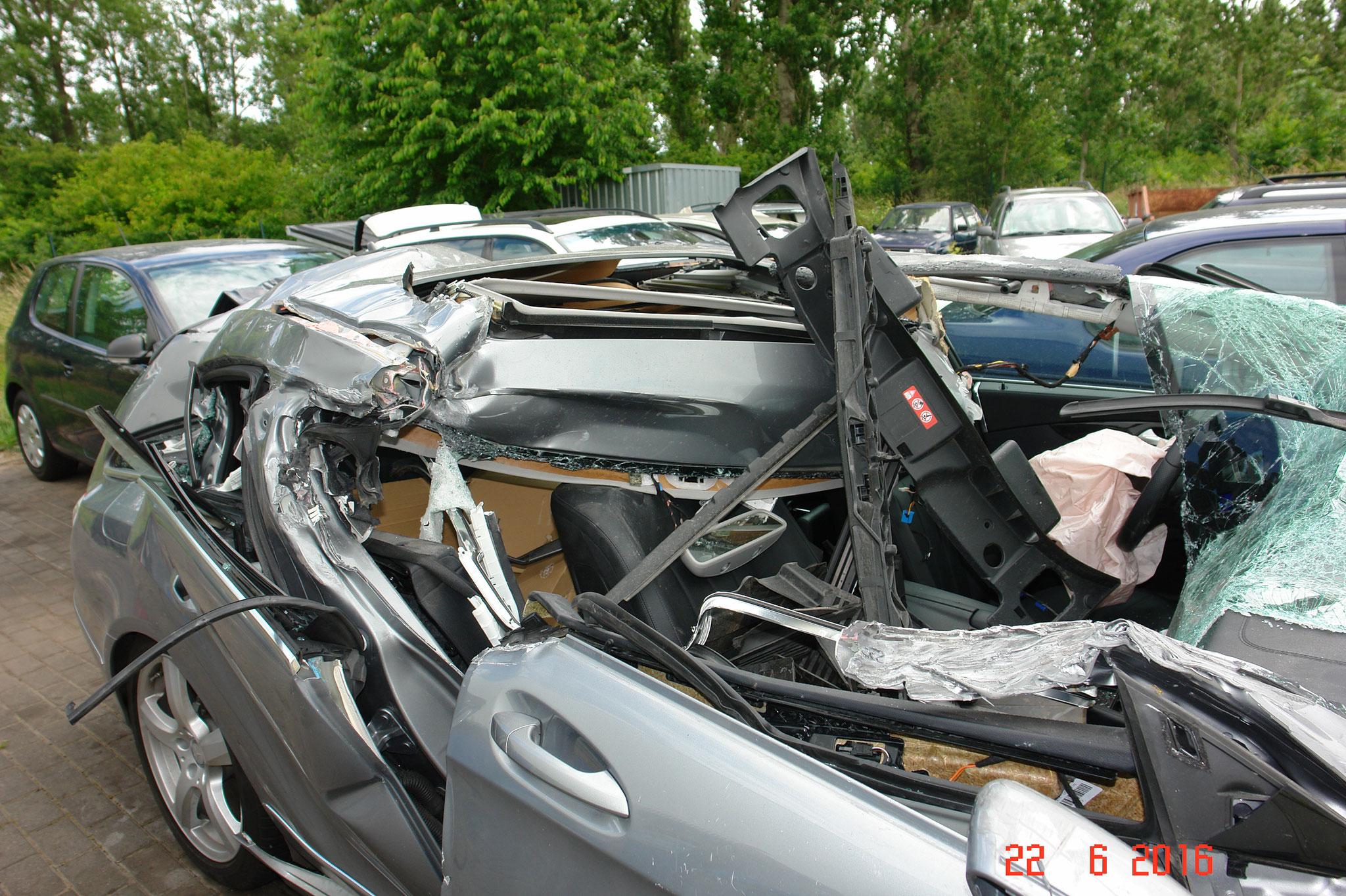 komplett zerstörte Dachfläche, Teile der Karosse ragen in den Innenraum