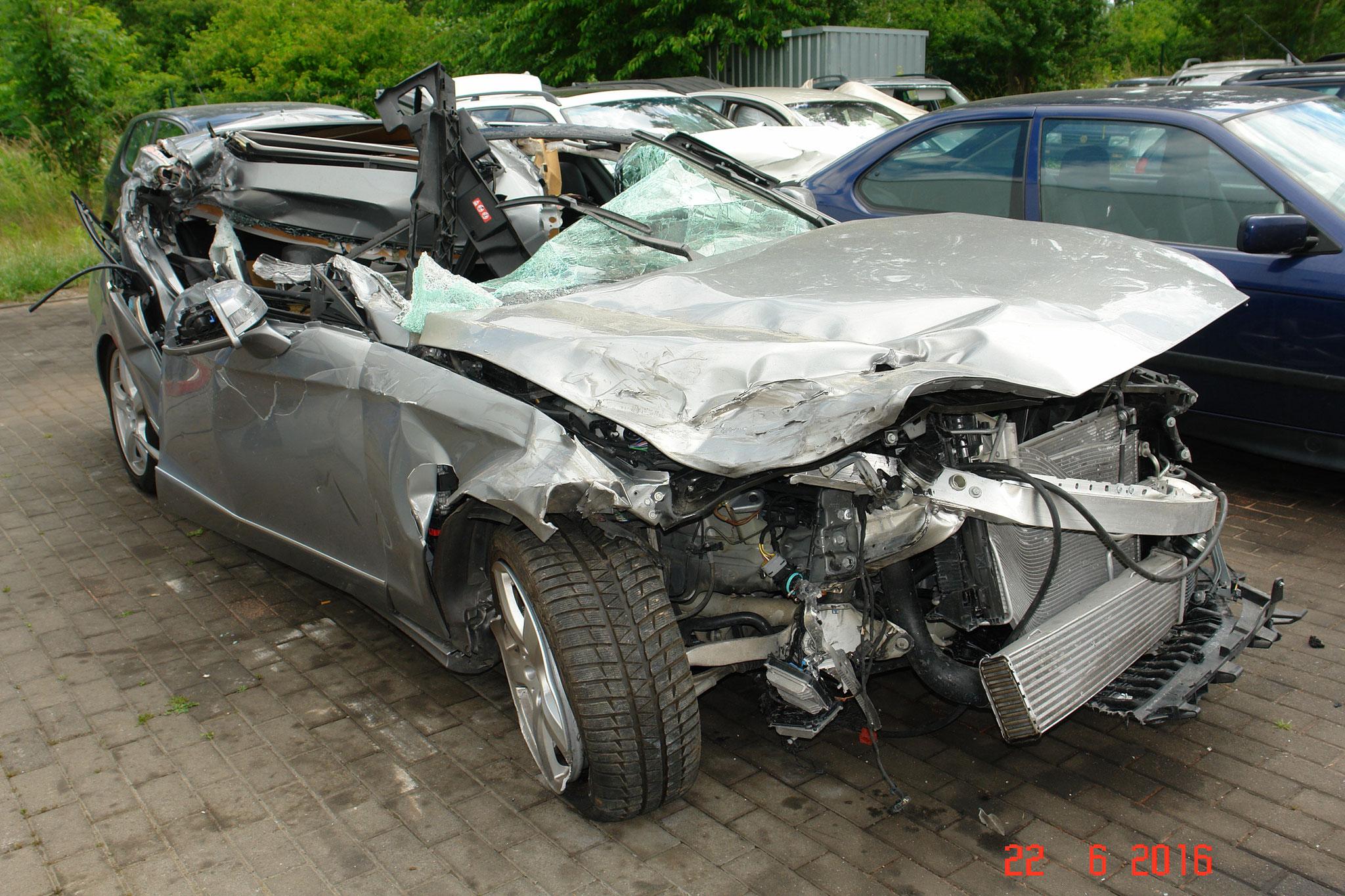 nahezu komplette Zerstörung der rechten Fahrzeugseite