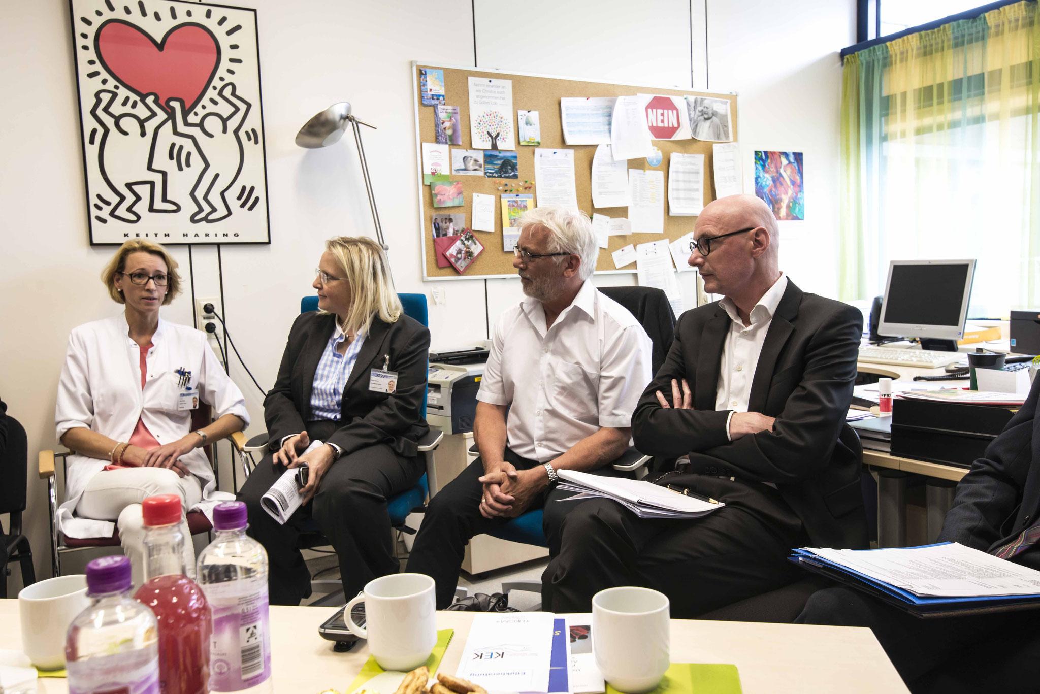 Dr. Birgit Markus (Oberärztin), Dr. Sylvia Heinis (Verwaltungsleiterin), Pfr. Karl-Günter Balzer (Medienbeauftragter), Prof. Dr. Harald Renz (Geschäftsführung - Foto: Burkhard zur Nieden