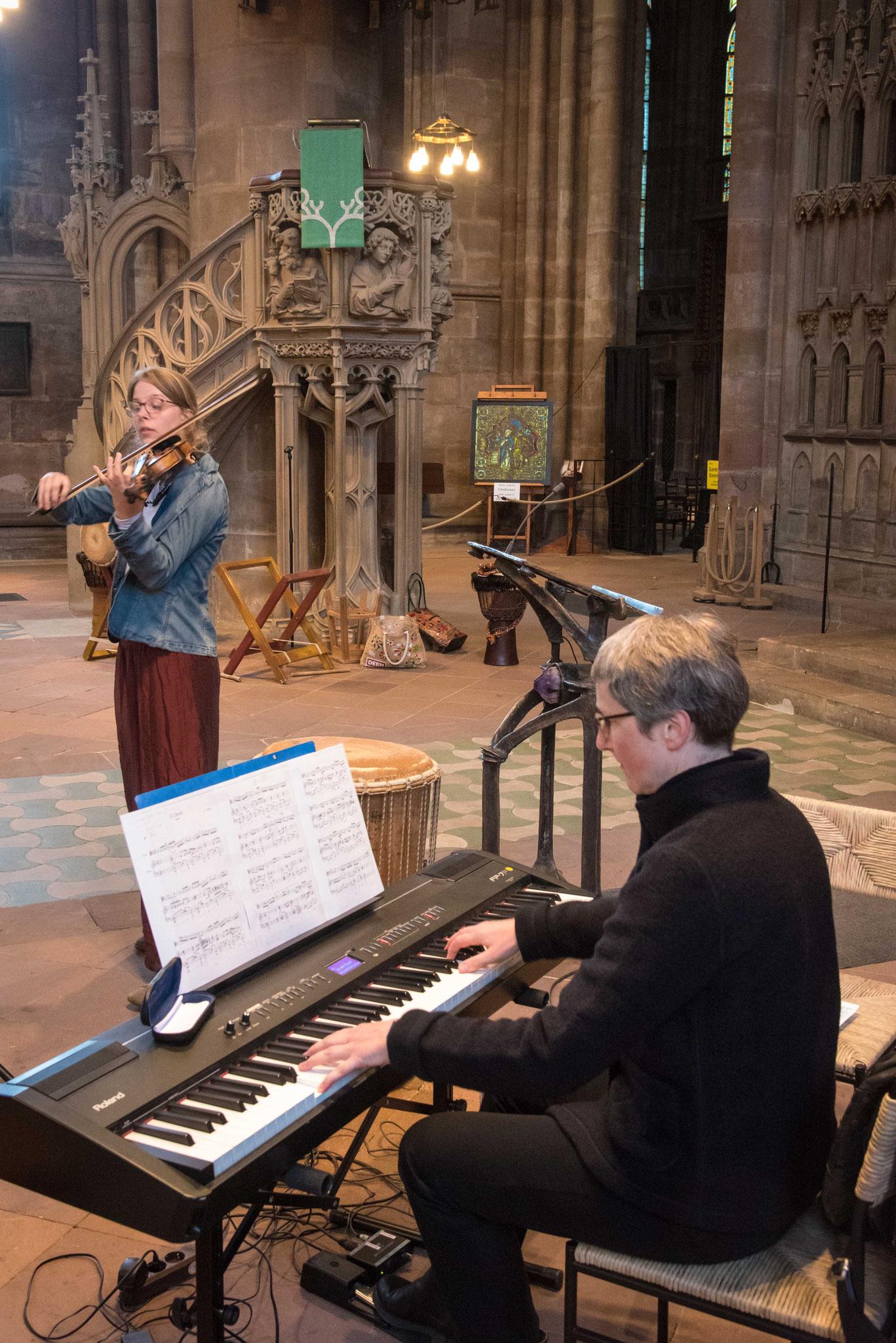 Mira Wöllenstein (Geige) und Adelheid Böhme (Keyboard)